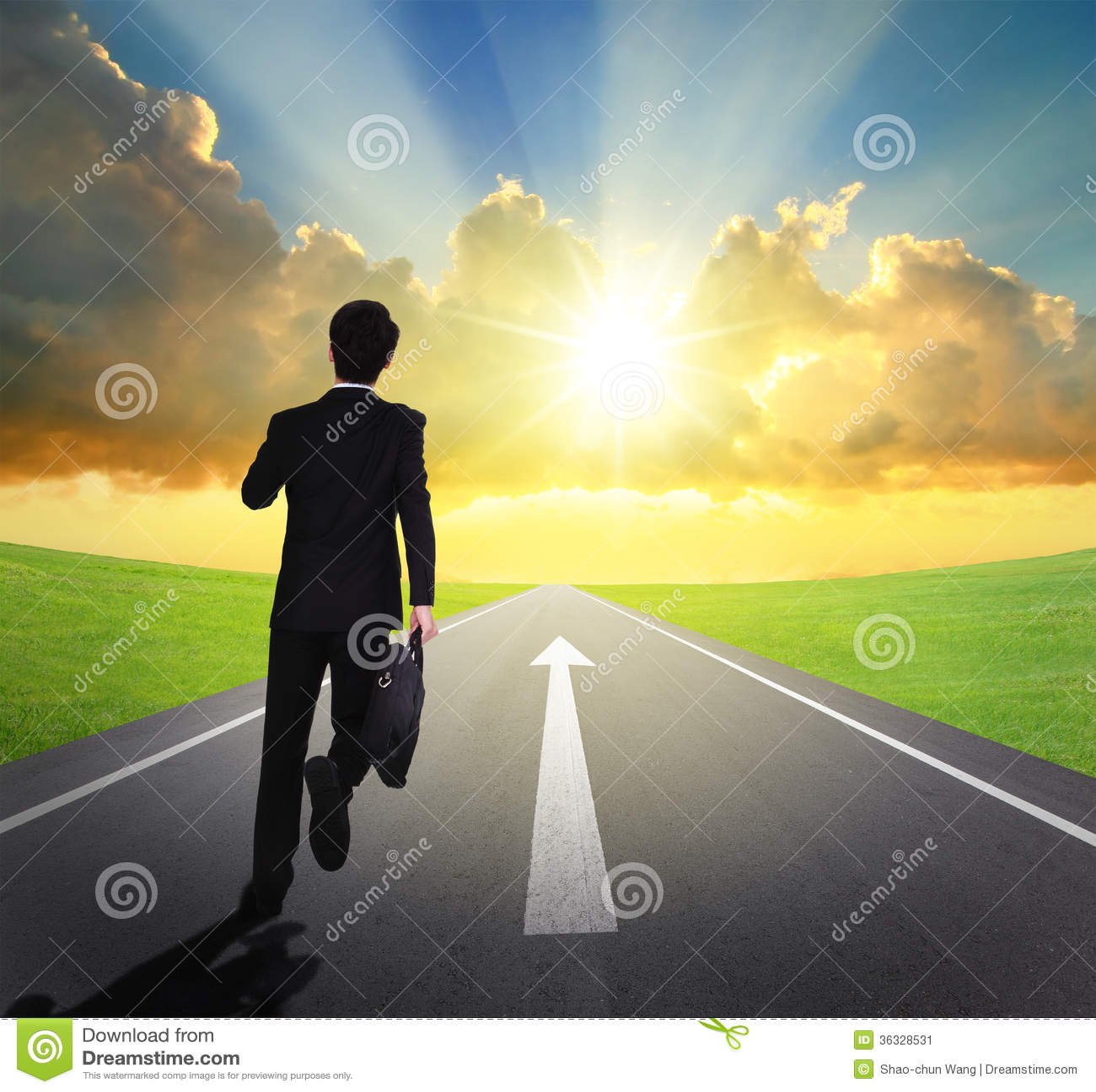 Bedrijfsmens die op asfaltweg loopt