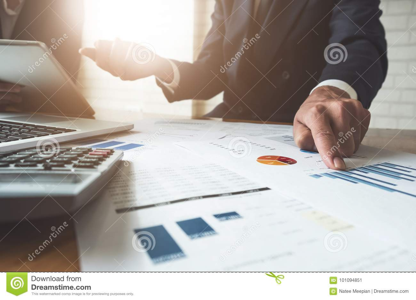 Bedrijfsmens die op kantoor met laptop en documenten, zaken werken