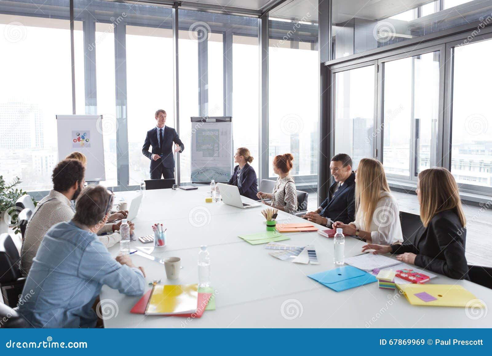 Bedrijfsmens die over project tijdens vergadering spreken