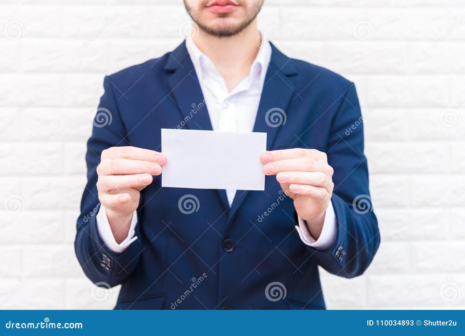 Bedrijfsmens die Witboek tonen Mens blauw kostuum dragen en HOL die