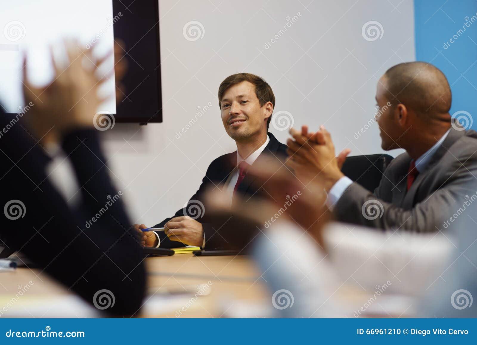 Bedrijfsmens Presentatie doen en Mensen die in Vergadering toejuichen