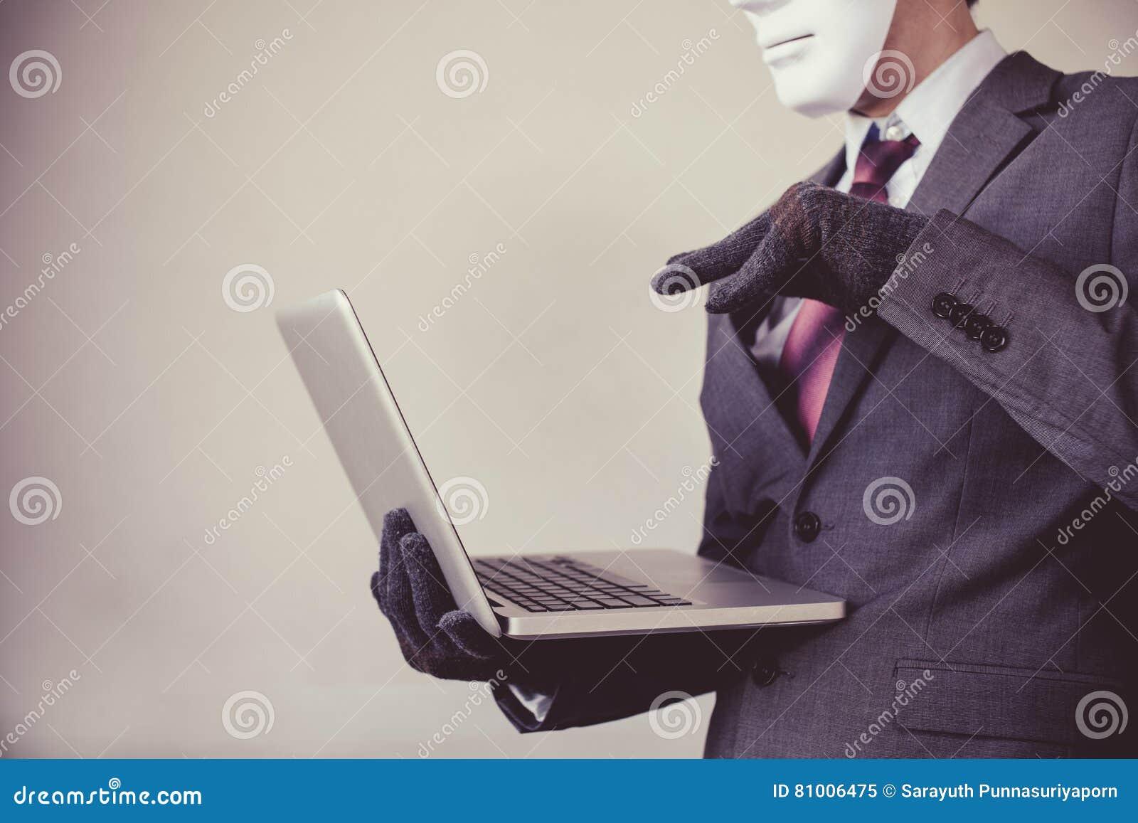 Bedrijfsmens in wit masker die handschoenen dragen en computer met behulp van - fraude, hakker, diefstal, cyber misdaad