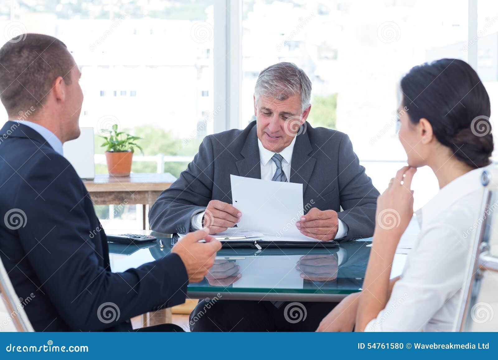 Bedrijfsmensen in bespreking in een bureau