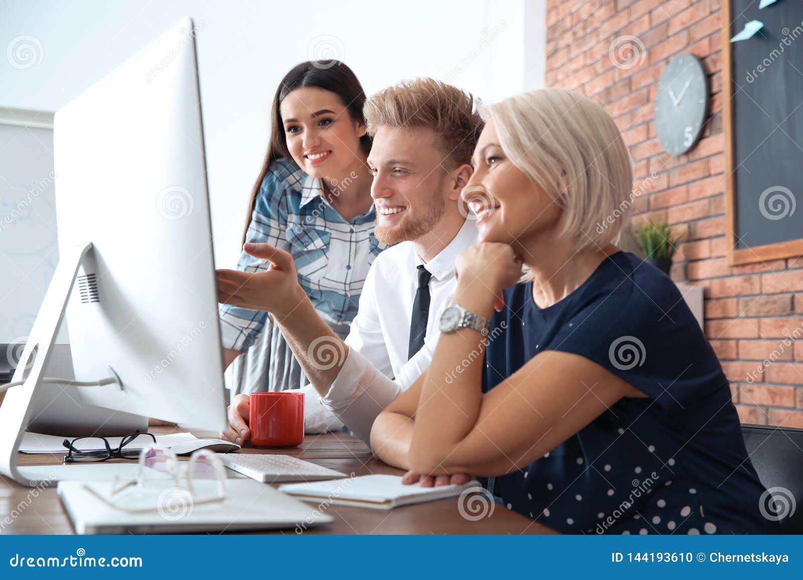 Bedrijfsmensen die aan computer bij lijst werken Professionele mededeling
