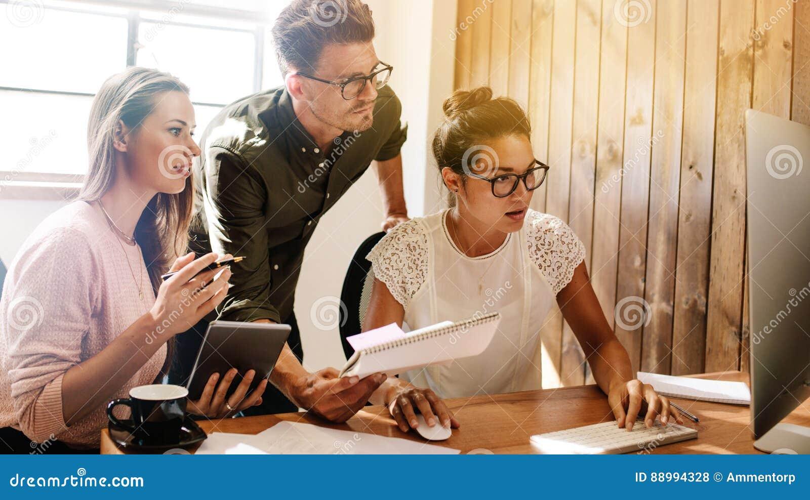 Bedrijfsmensen die aan project op startkantoor samenwerken