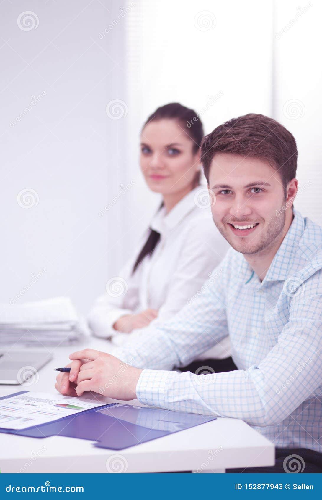 Bedrijfsmensen die bij bureau, witte achtergrond samenwerken