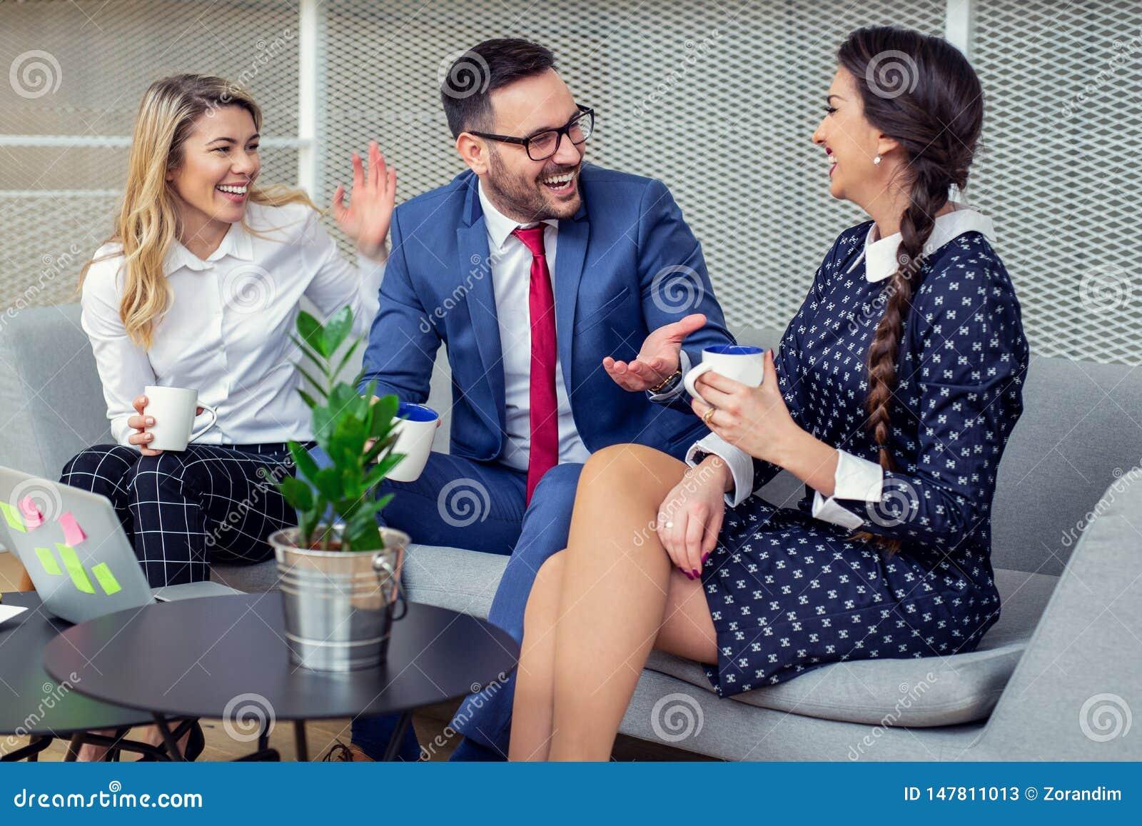 Bedrijfsmensen die in Conferentiezaal werken