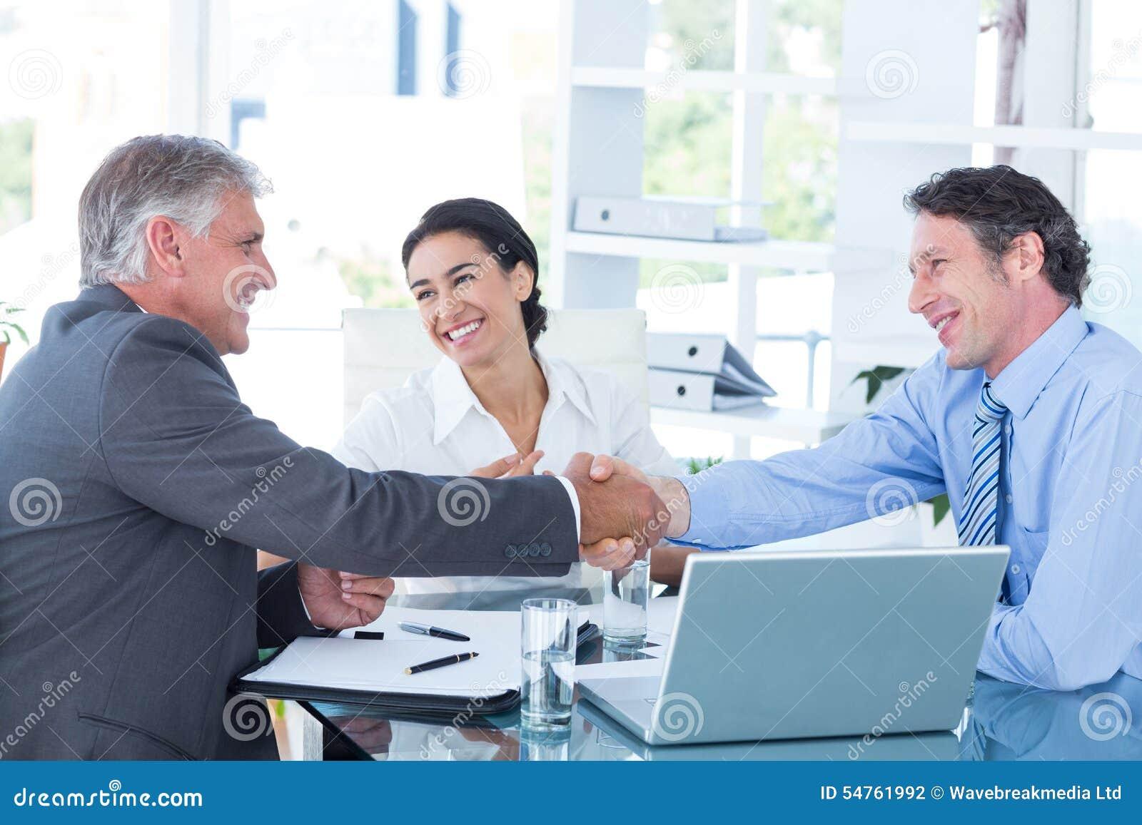 Bedrijfsmensen die een akkoord bereiken