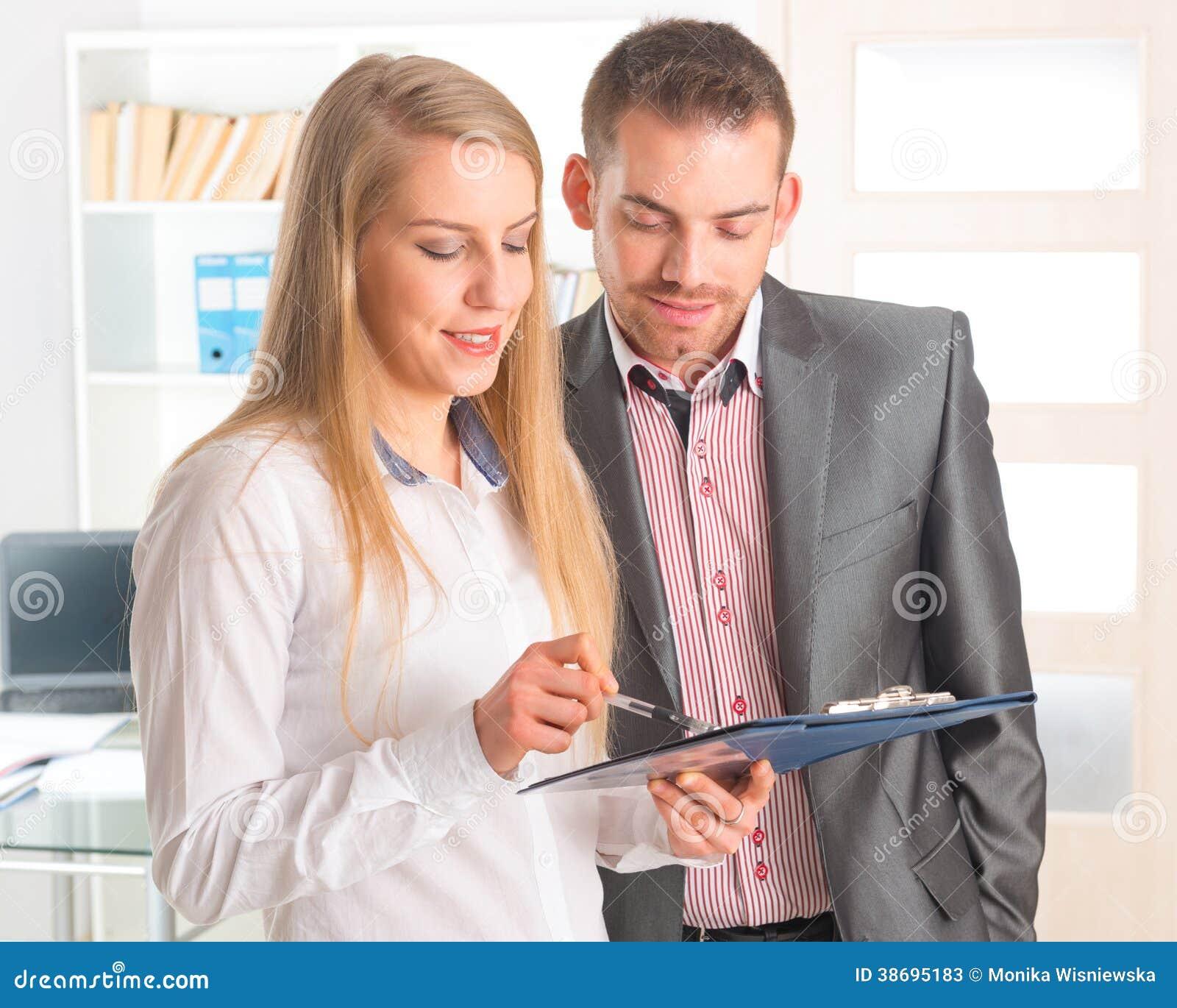 Bedrijfsmensen die een document samen lezen