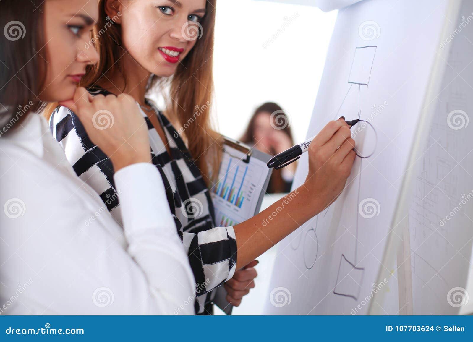Download Bedrijfsmensen Die En Op Commerciële Vergadering, In Bureau Zitten Bespreken Bedrijfs Mensen Stock Foto - Afbeelding bestaande uit binnen, camera: 107703624