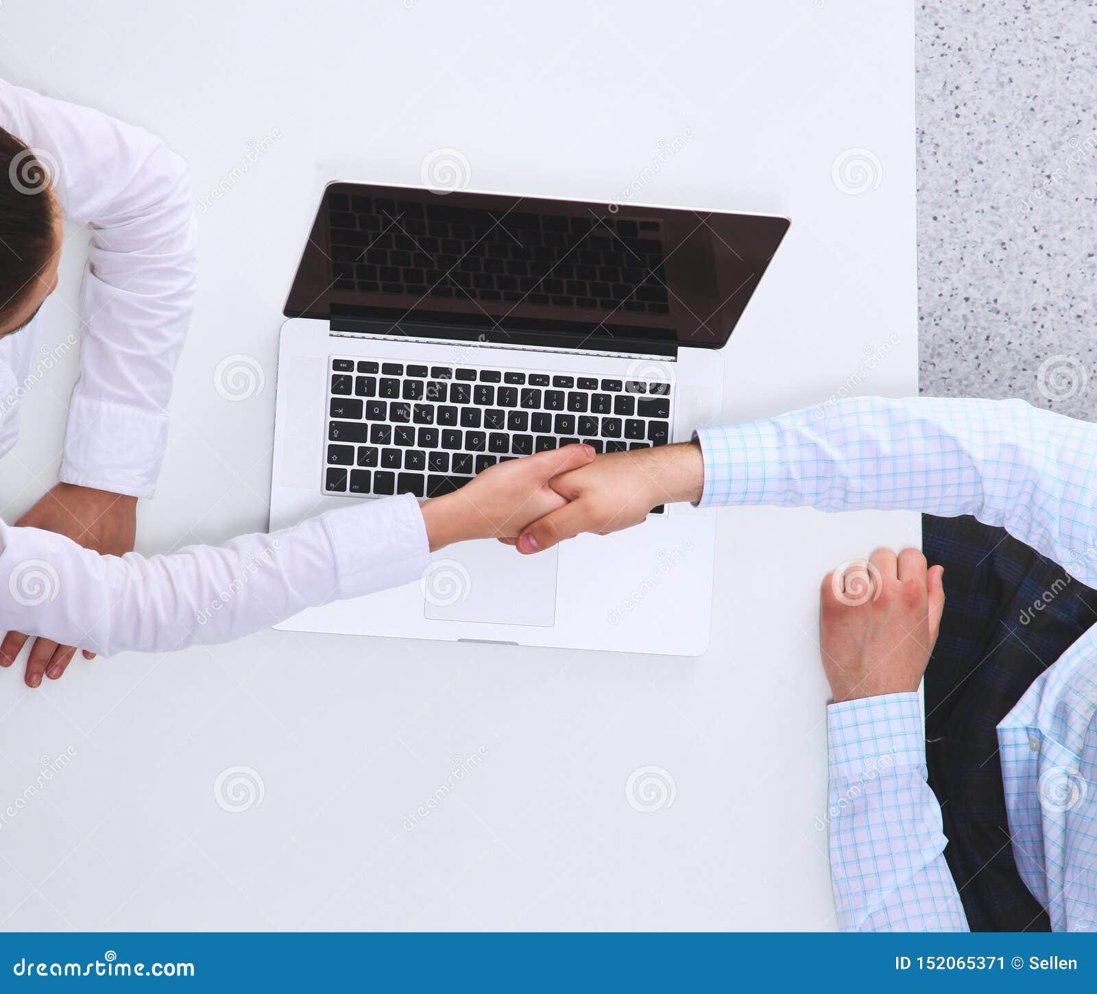 Bedrijfsmensen die en op vergadering, in bureau zitten bespreken