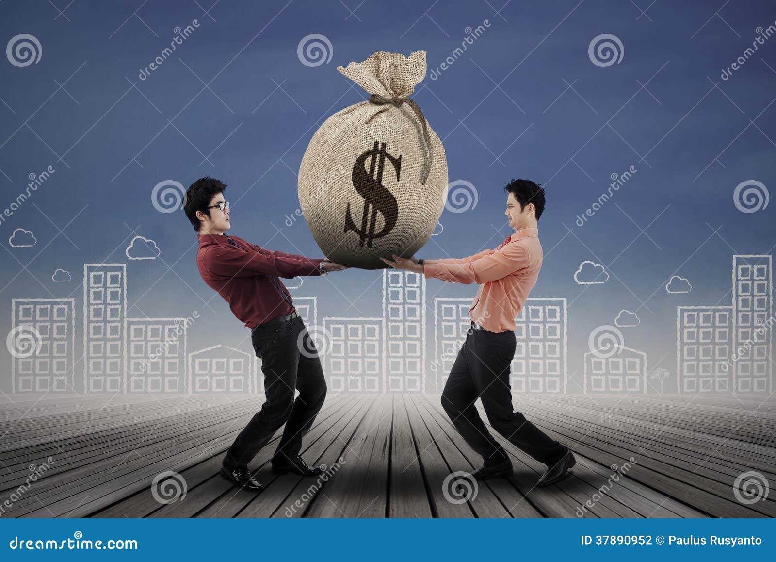 Bedrijfsmensen die geldzak dragen