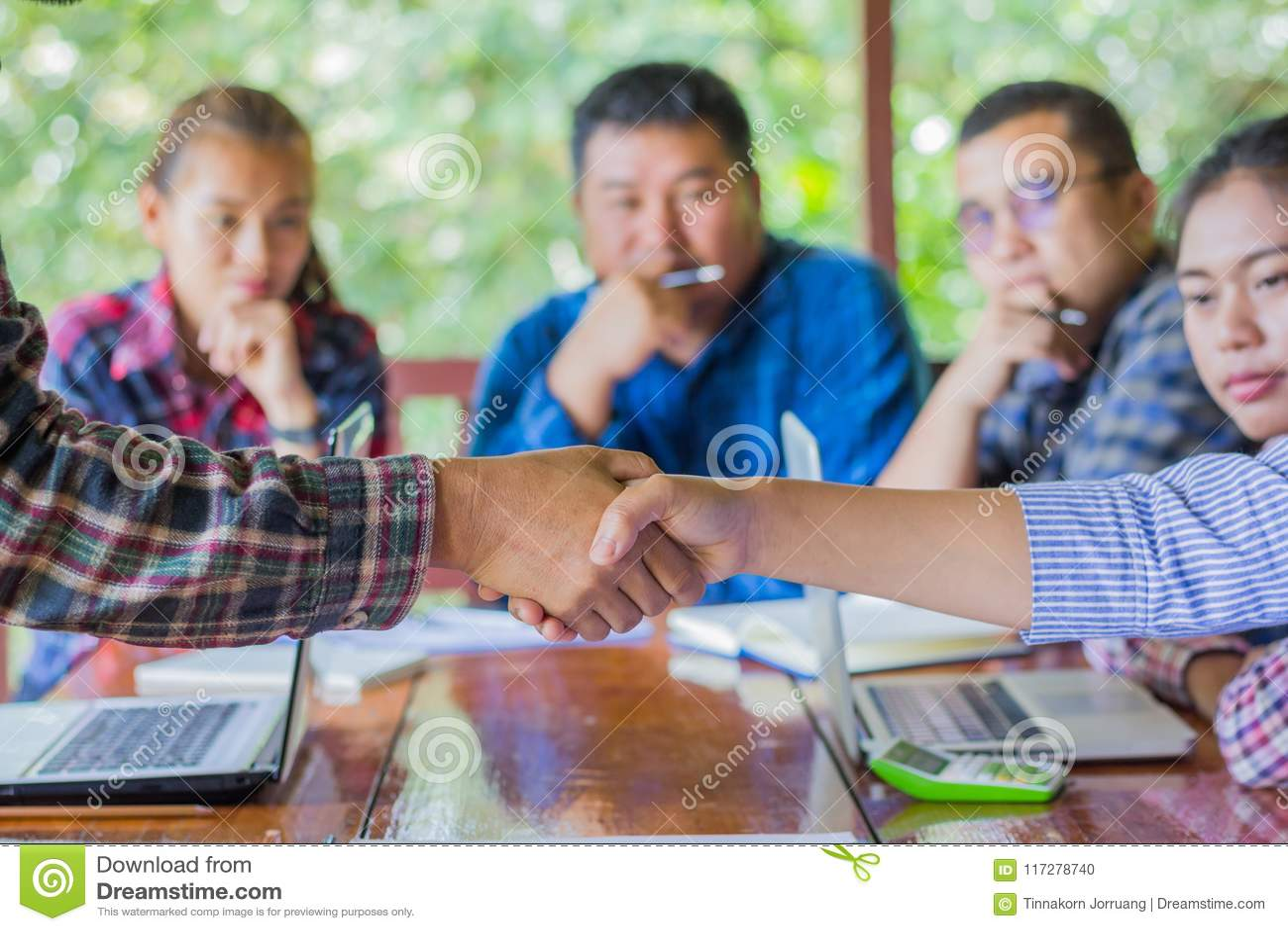 Bedrijfsmensen die handen, Bedrijfssamenwerkingsconcepten schudden,