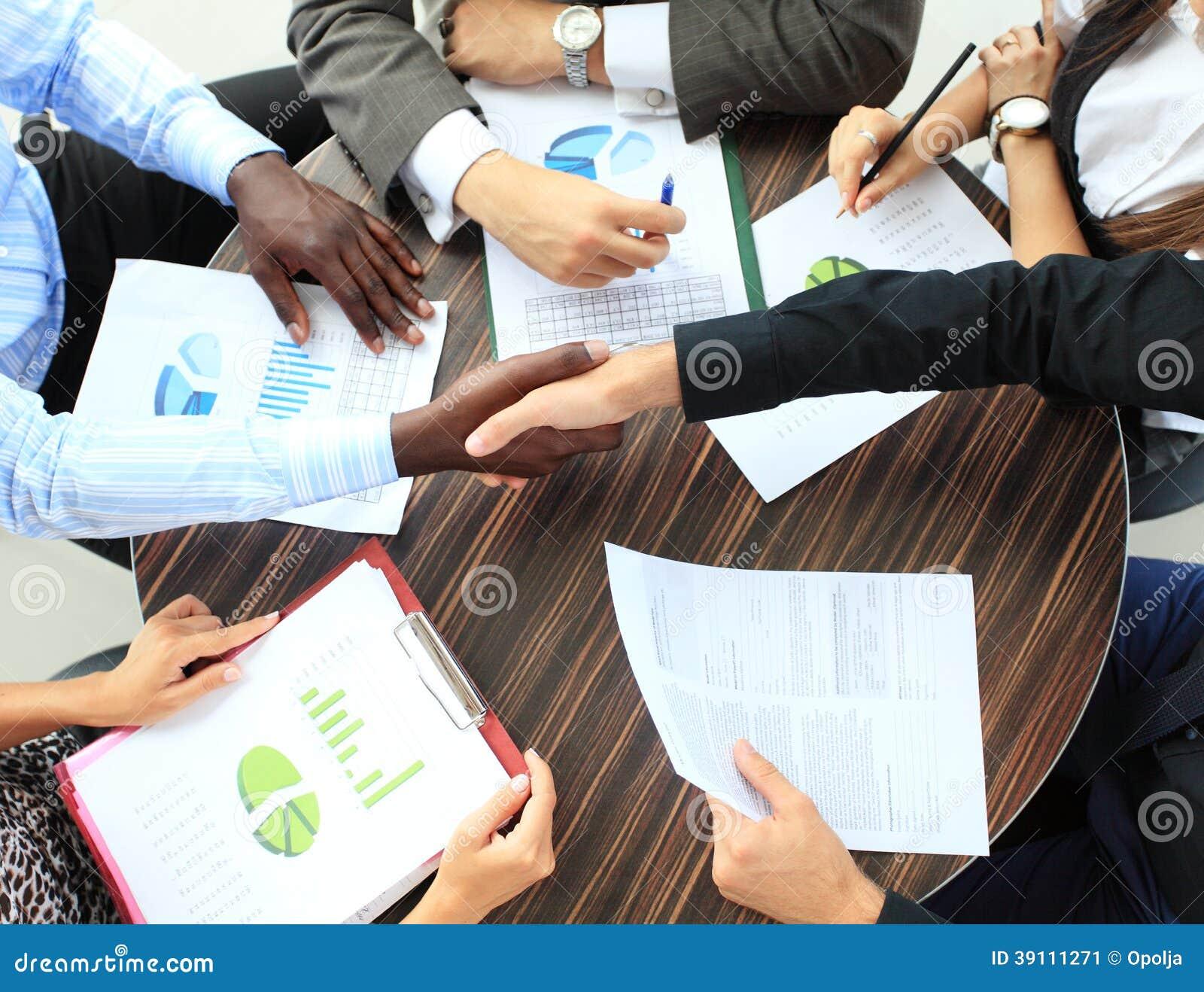 Bedrijfsmensen die handen schudden