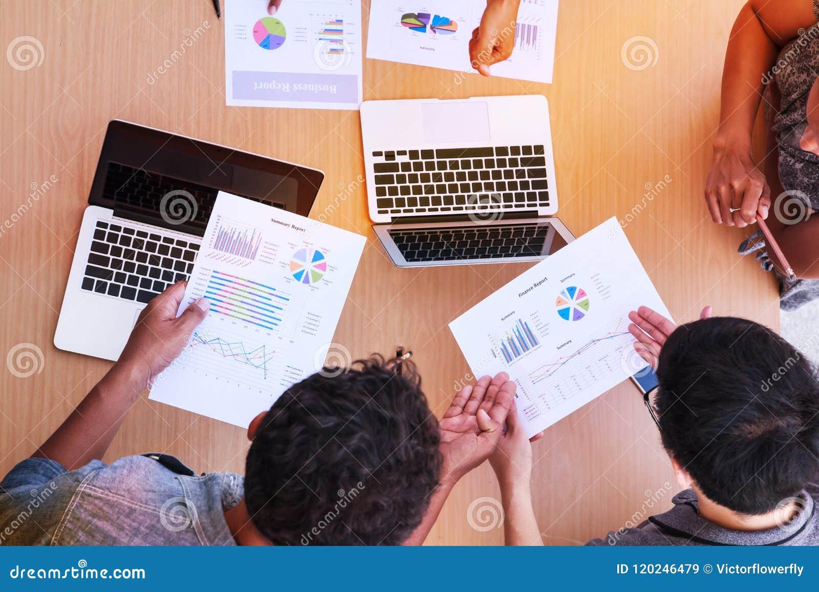 Bedrijfsmensen die in het bureauconcept samenkomen, die Ideeën, Grafieken, Computers, Tablet, Slimme apparaten bij de bedrijfs pl