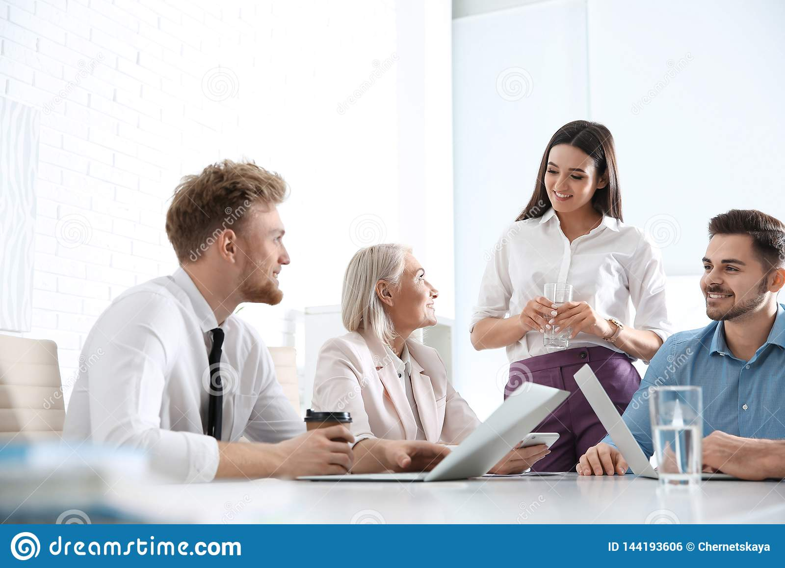 Bedrijfsmensen die het werkkwesties bespreken Professionele mededeling