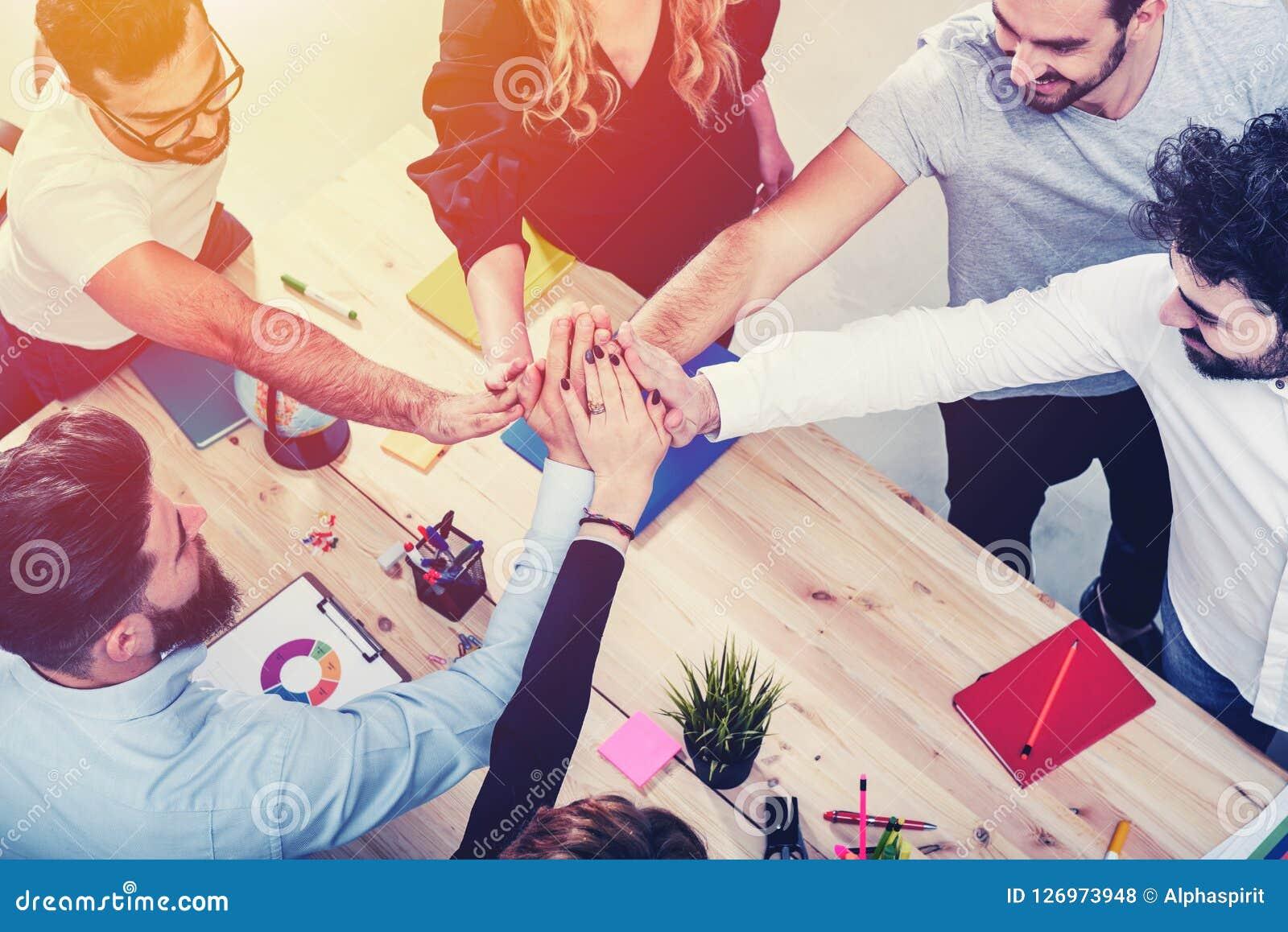 Bedrijfsmensen die hun handen samenbrengen Concept integratie, groepswerk en vennootschap