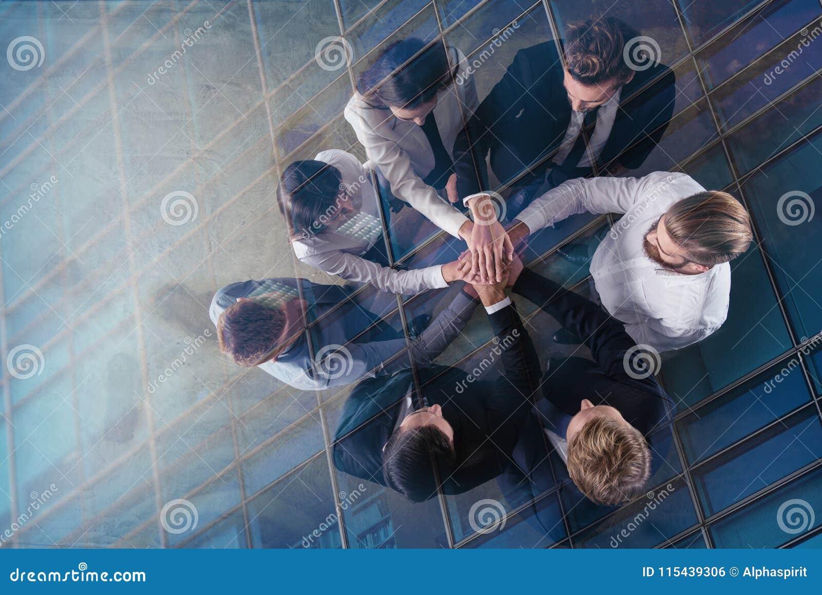 Bedrijfsmensen die hun handen samenbrengen Concept integratie, groepswerk en vennootschap Dubbele blootstelling
