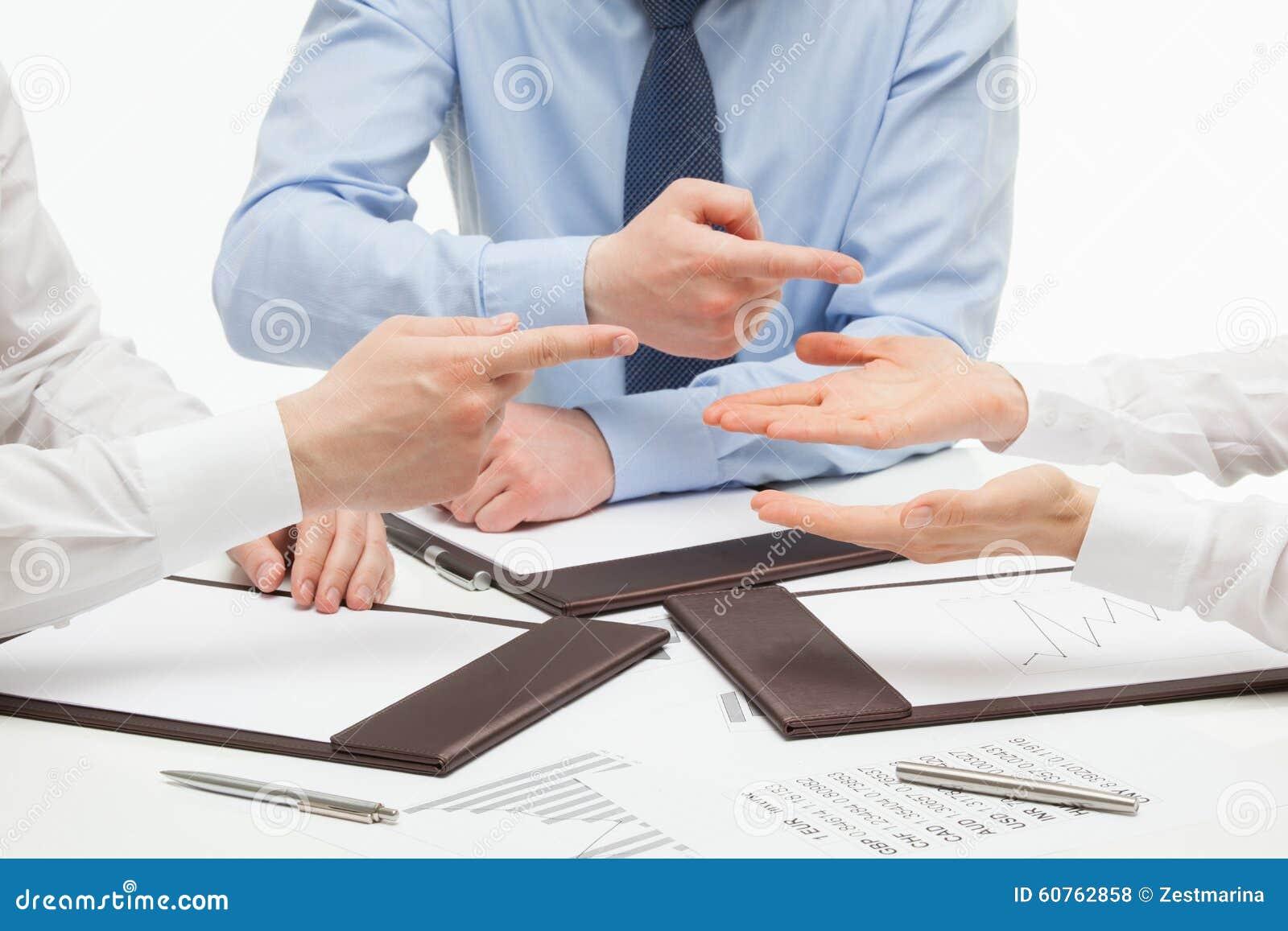 Bedrijfsmensen die hun partner beschuldigen