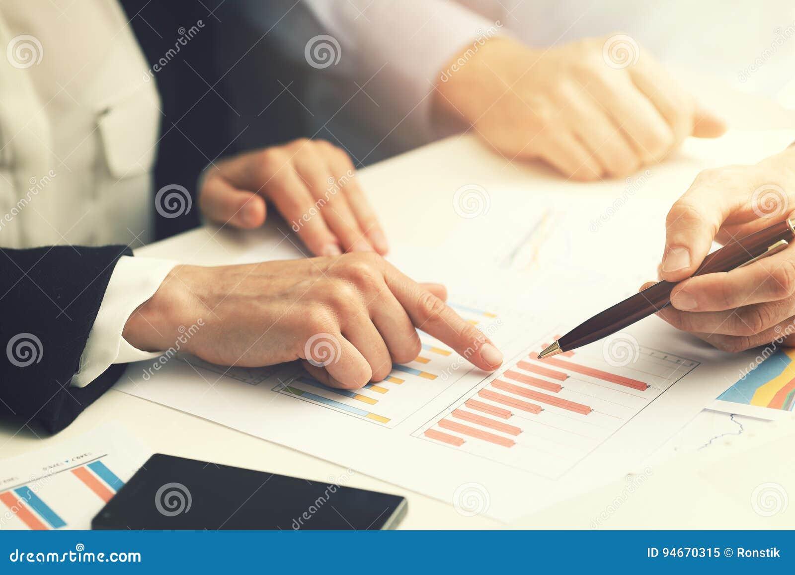 Bedrijfsmensen die met de analyse van financieel verslaggegevens werken