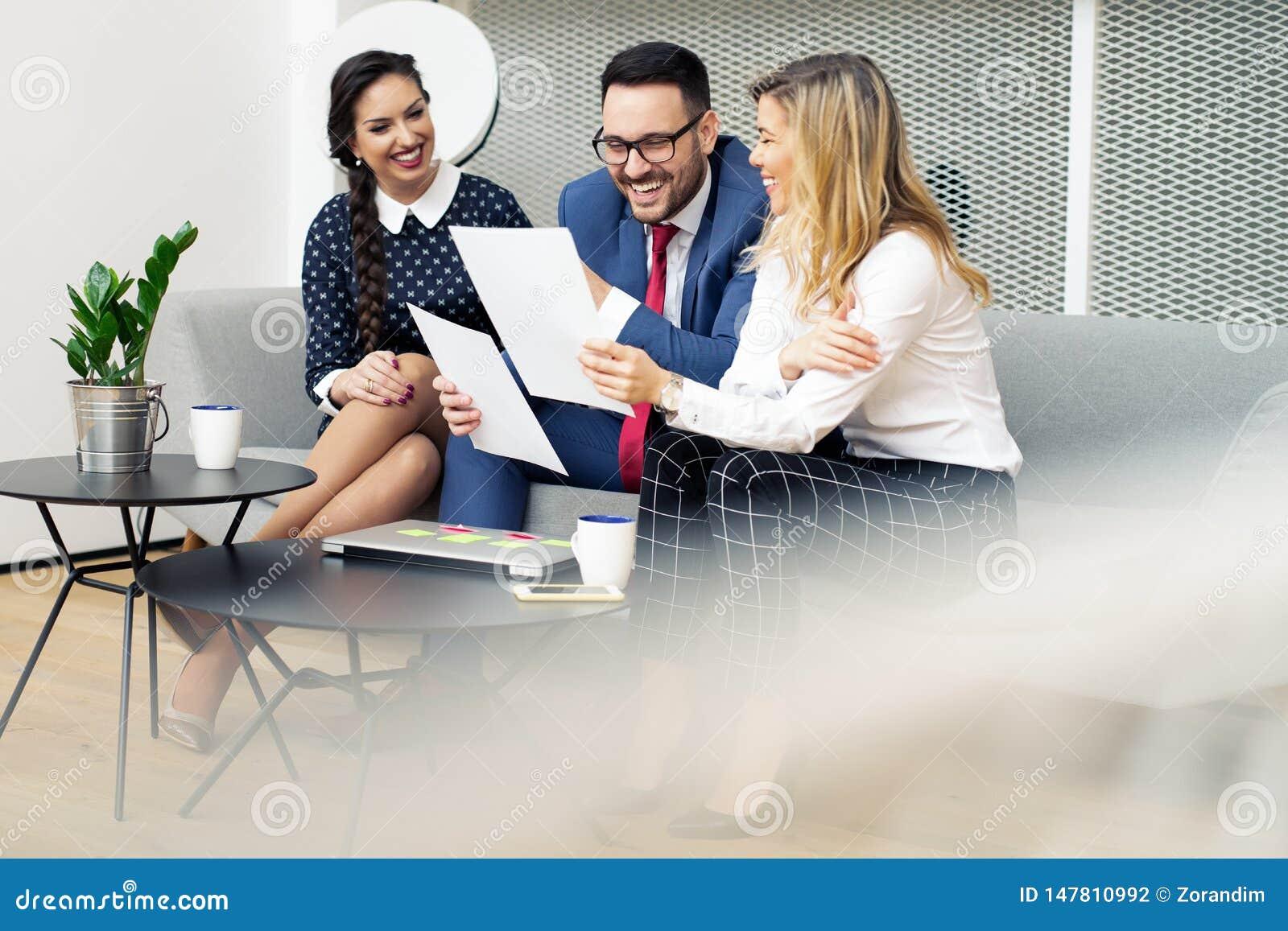 Bedrijfsmensen die in Moderne Bestuurskamer samenkomen