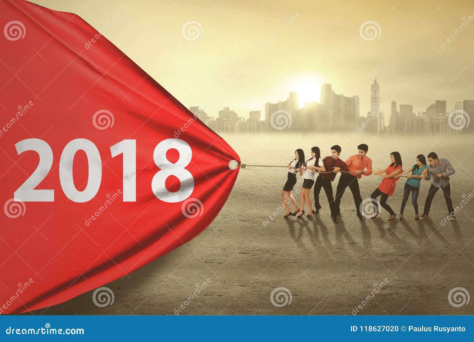 Bedrijfsmensen die nummer 2018 trekken
