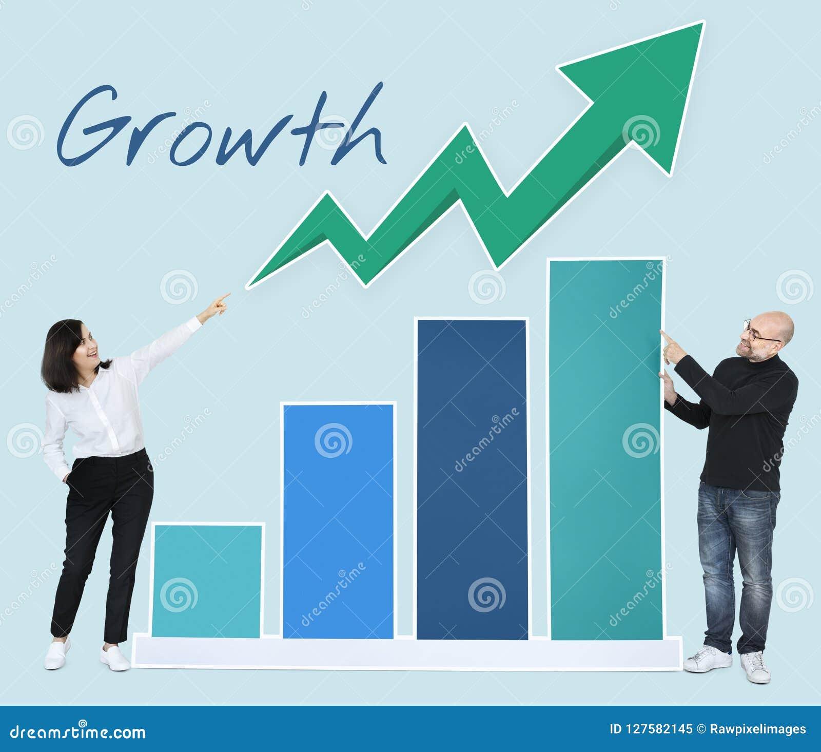 Bedrijfsmensen die ontwikkeling in een grafiek tonen