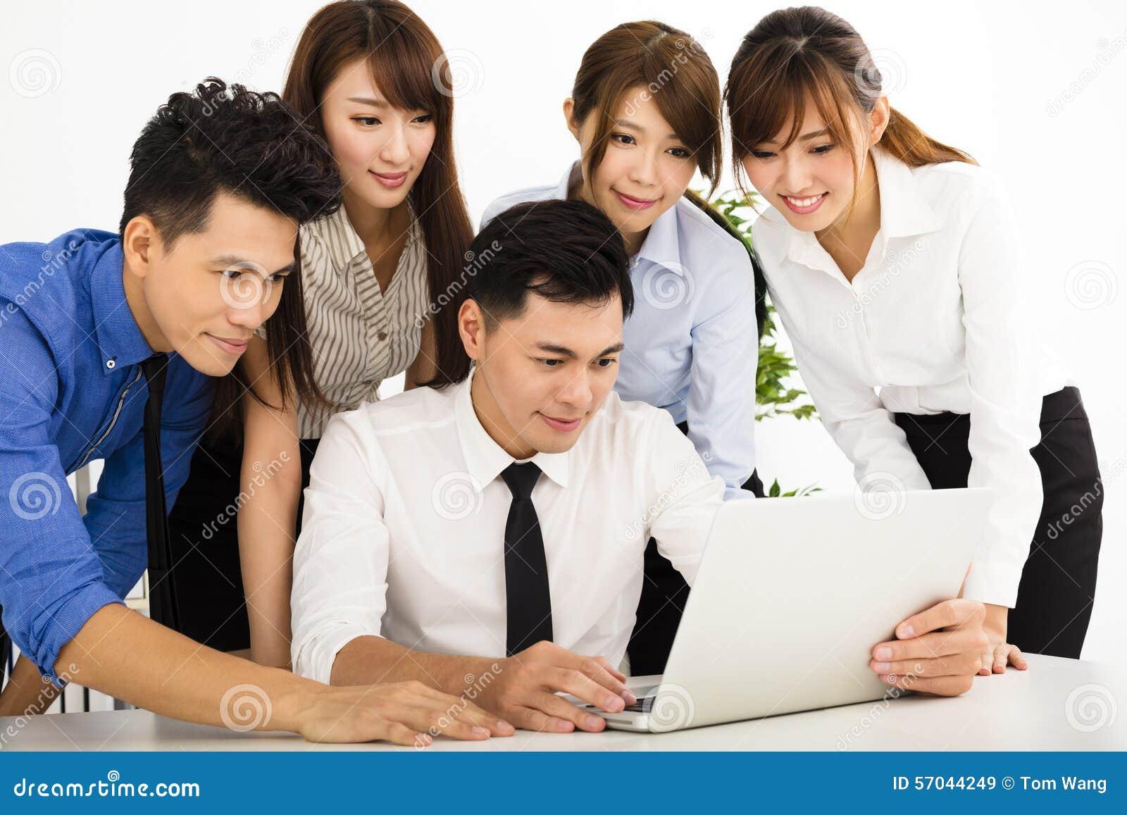 Bedrijfsmensen die op vergadering samenwerken