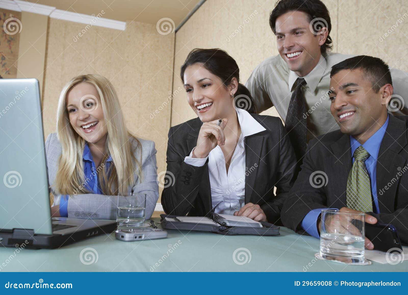 Bedrijfsmensen die samenwerken
