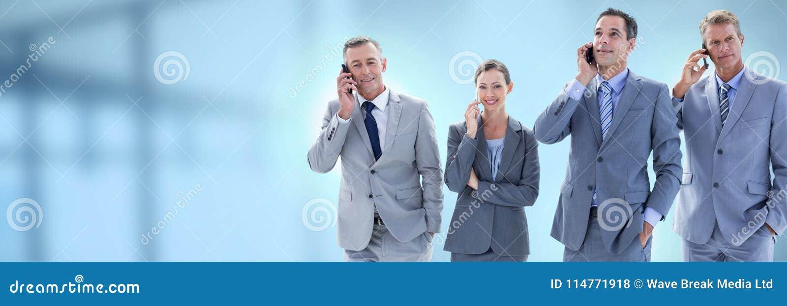Bedrijfsmensen en bureau met gloed lichtbron