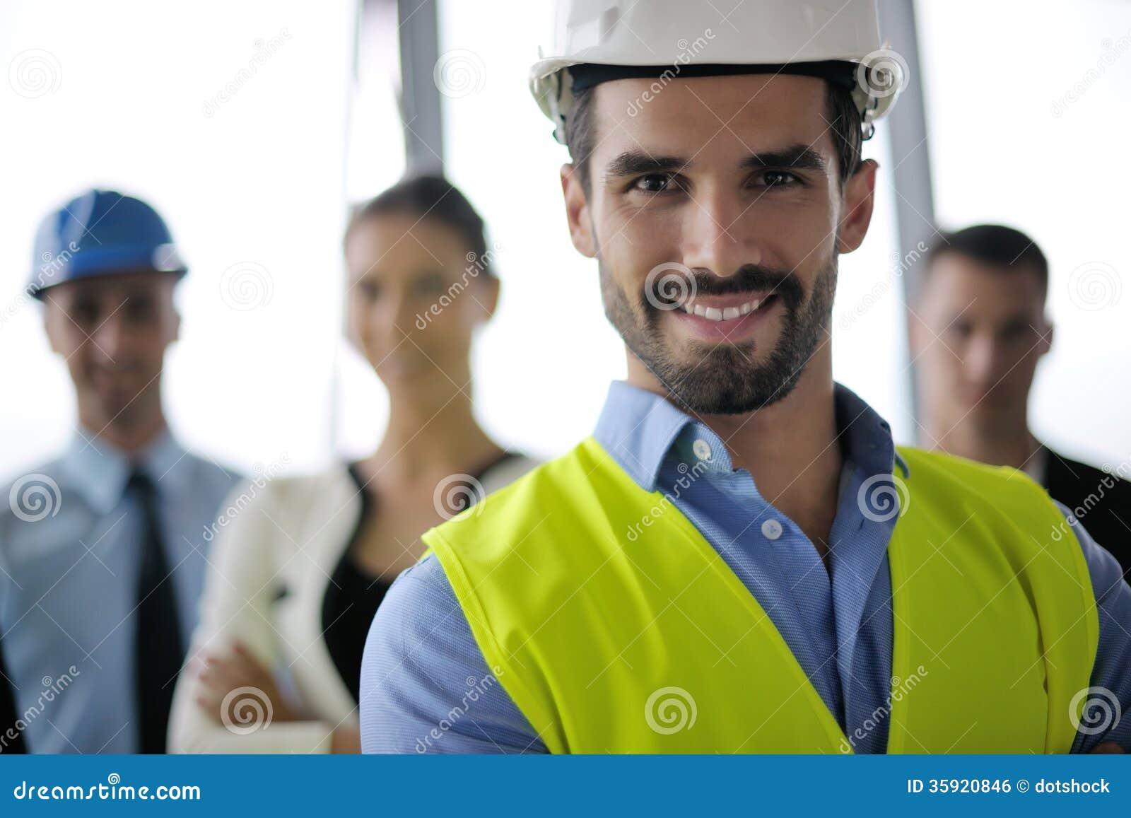 Bedrijfsmensen en ingenieurs op vergadering