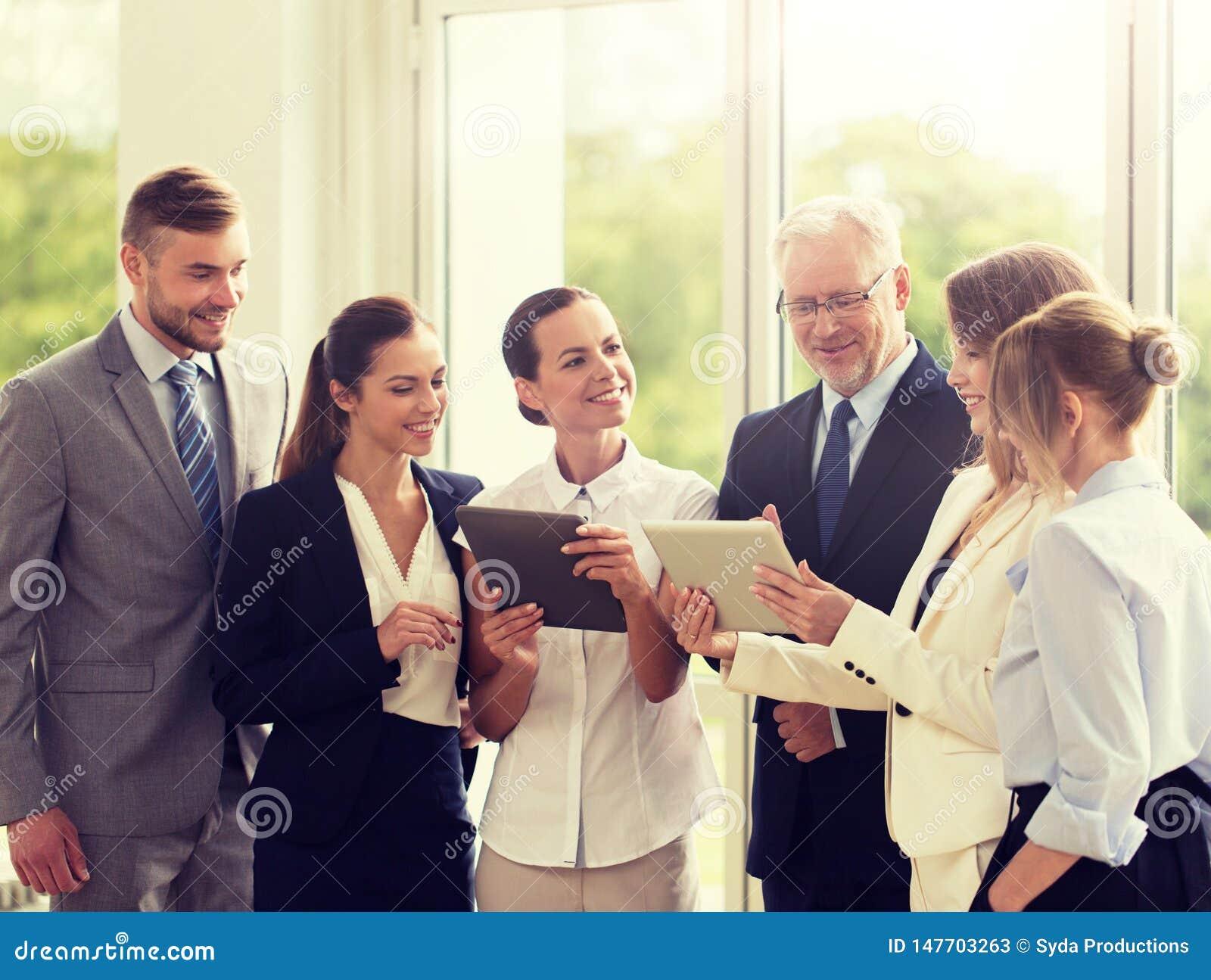 Bedrijfsmensen met de computers van tabletpc op kantoor
