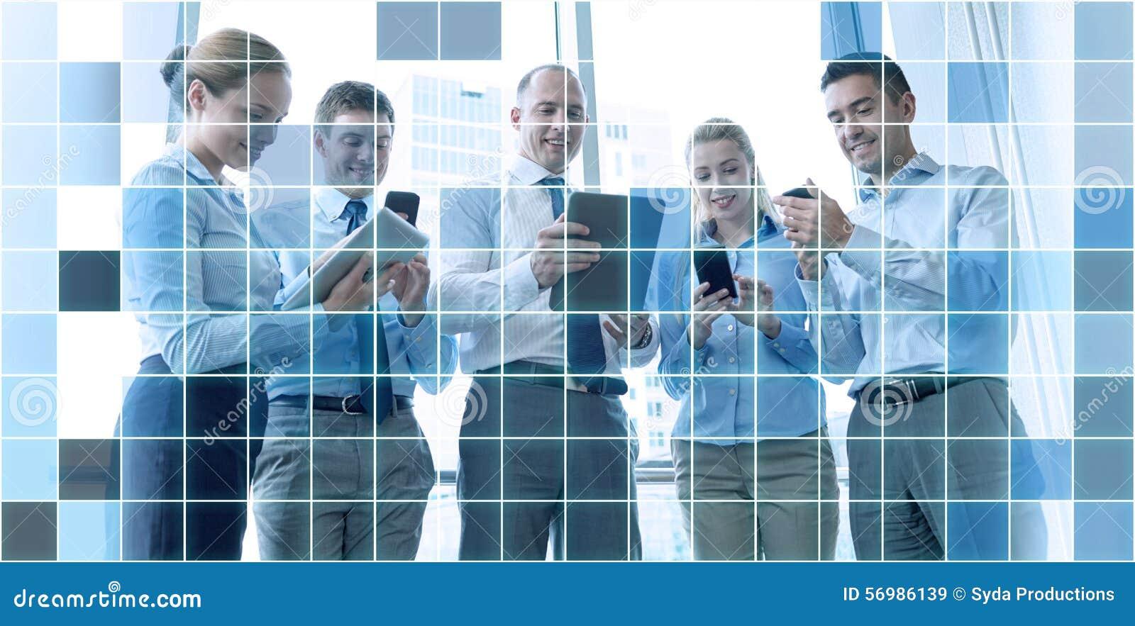 Bedrijfsmensen met tabletpc en smartphones