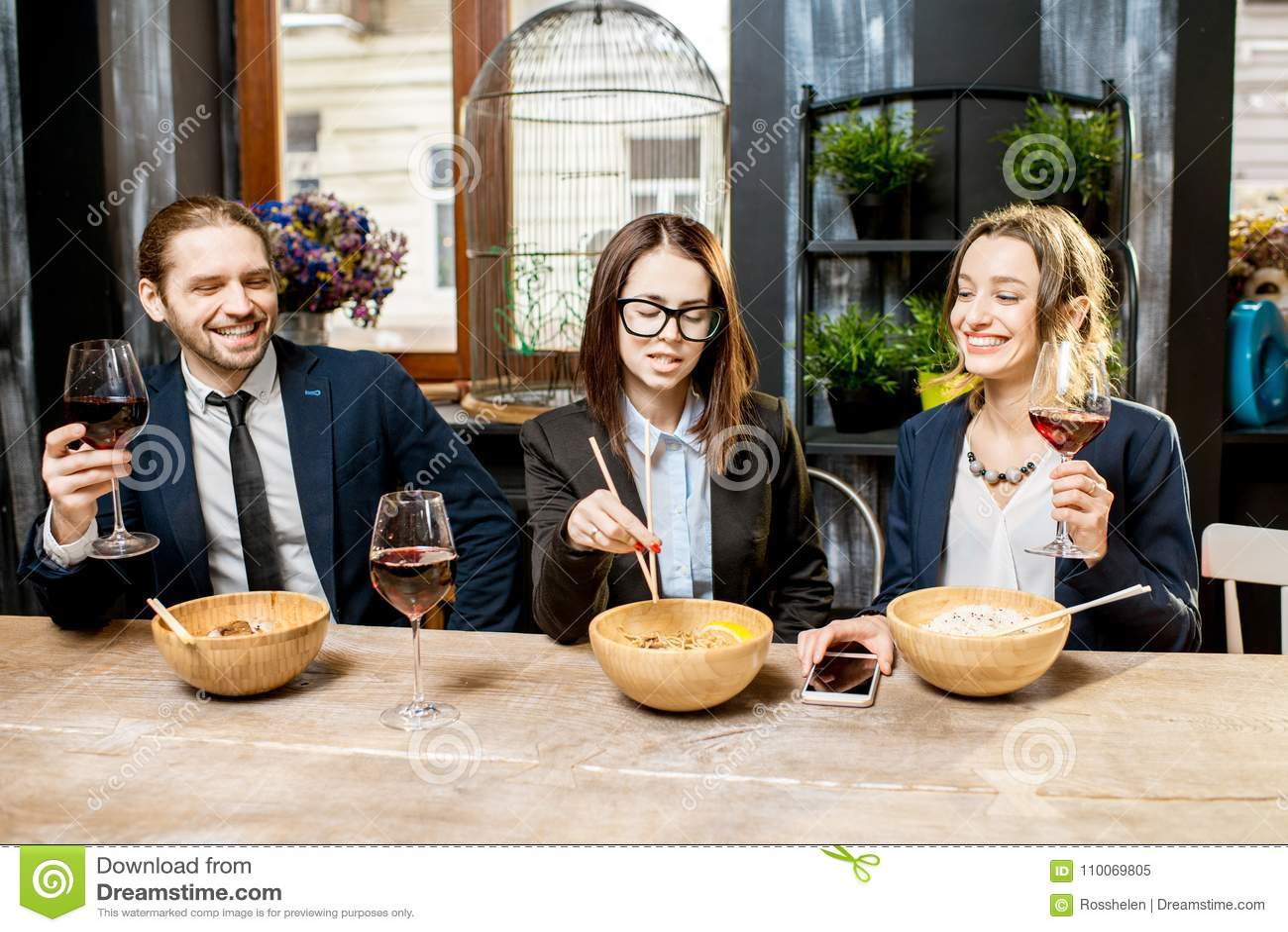 Bedrijfsmensen tijdens het diner in het restaurant