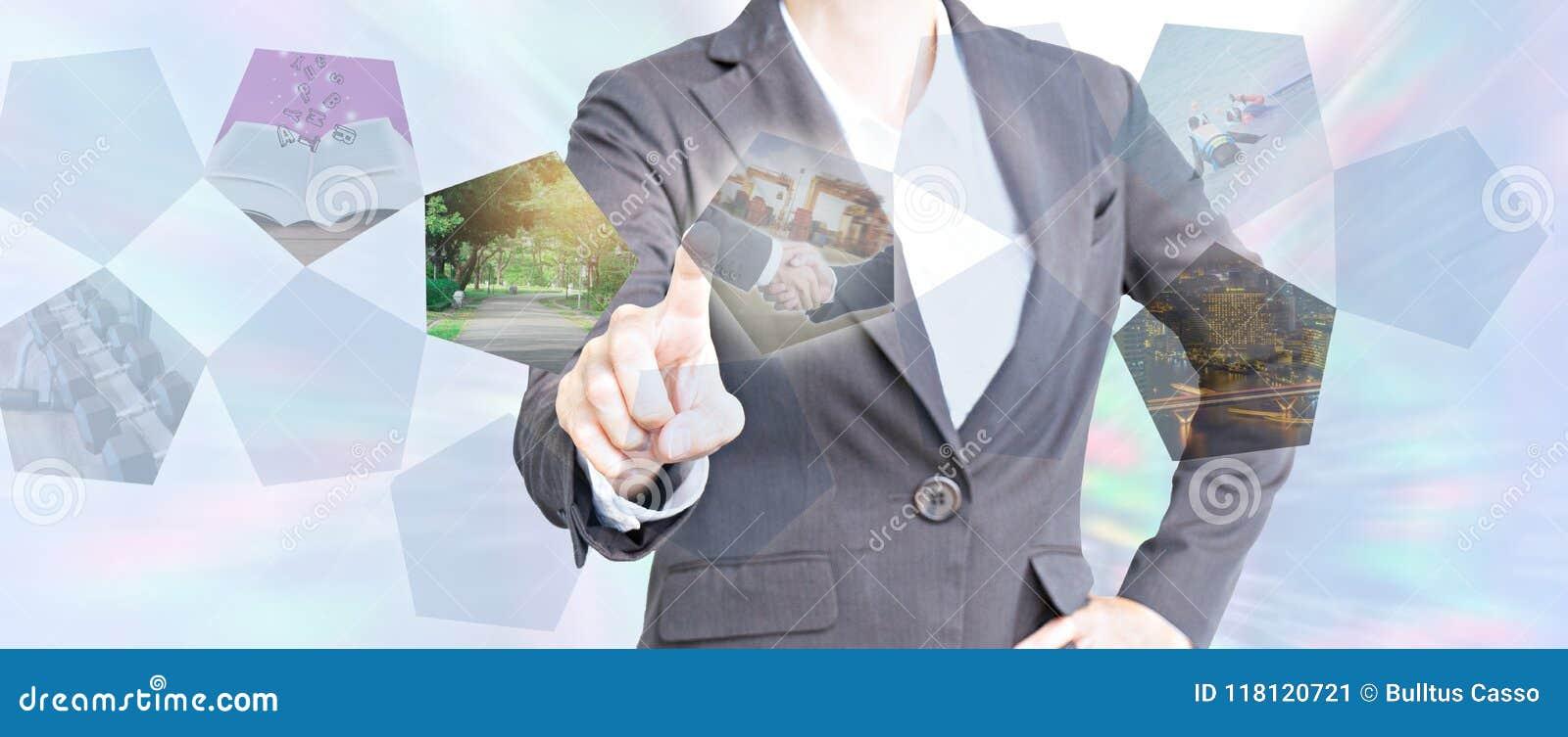 Bedrijfsmensen wat betreft het virtuele scherm over zaken