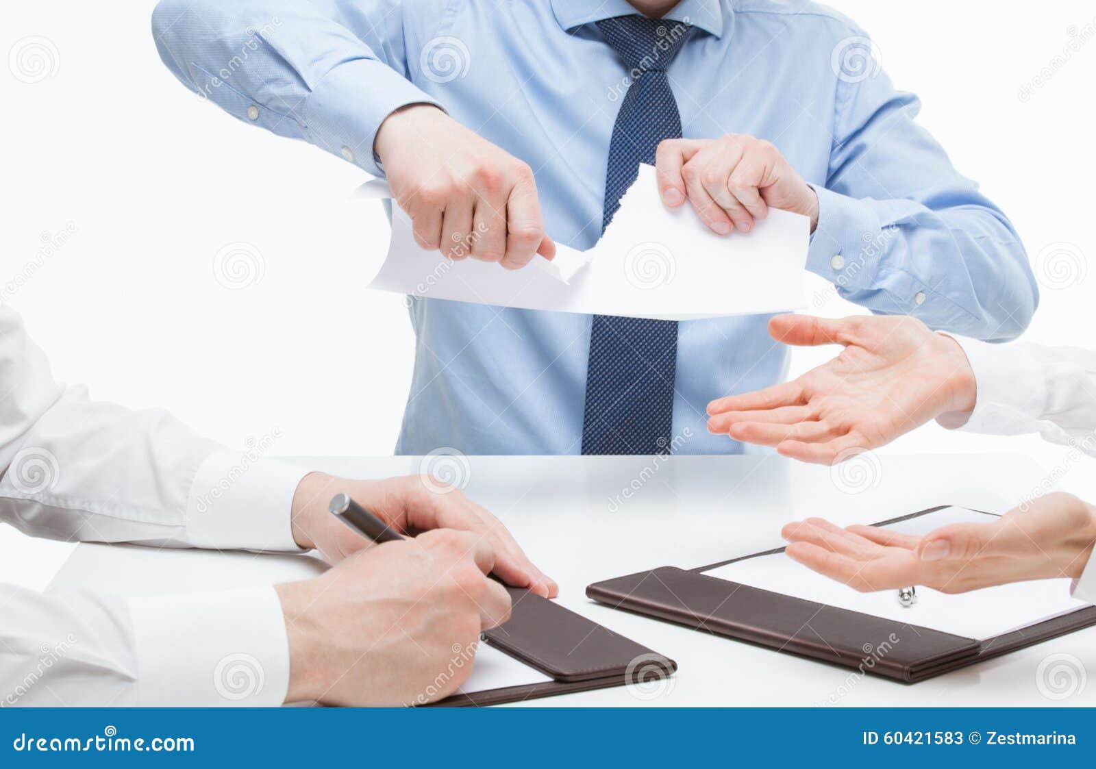 Bedrijfsmensen wreed tearing documenten