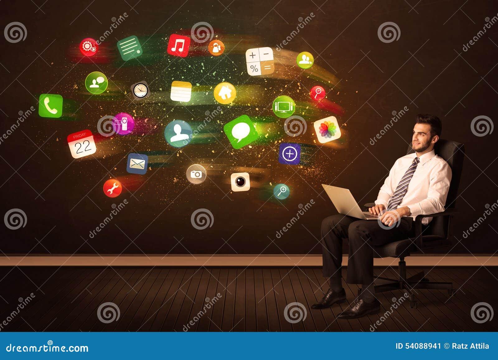 Bedrijfsmensenzitting als bureauvoorzitter met laptop en kleurrijke ap