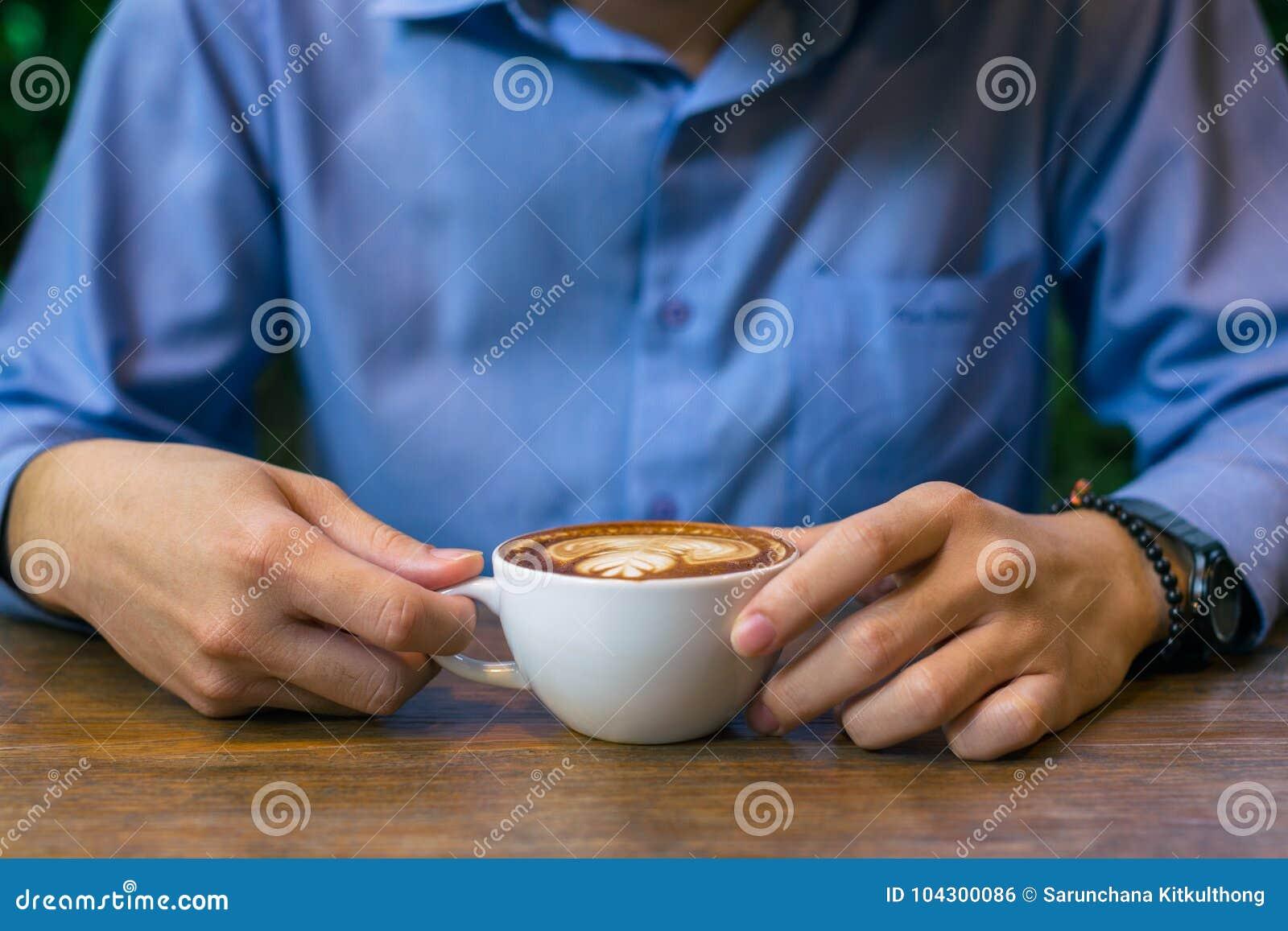 Bedrijfsmensenzitting en van de holding koffiekop