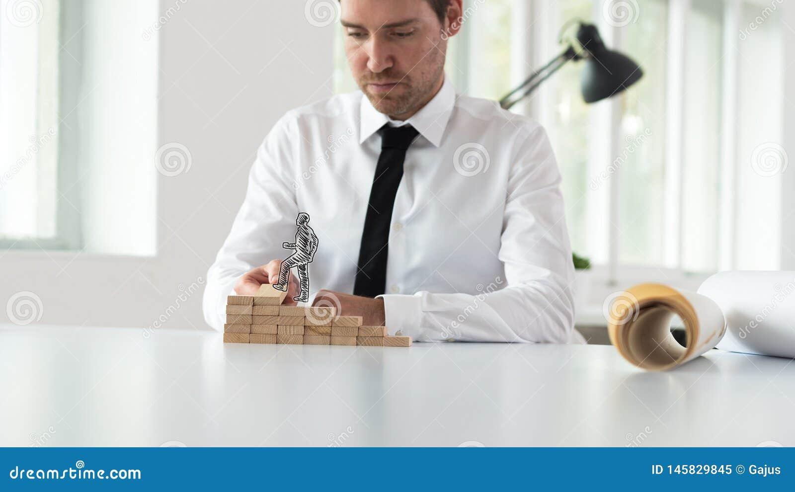 Bedrijfsmentor die houten stappen voor een gesilhouetteerde zakenman assembleren