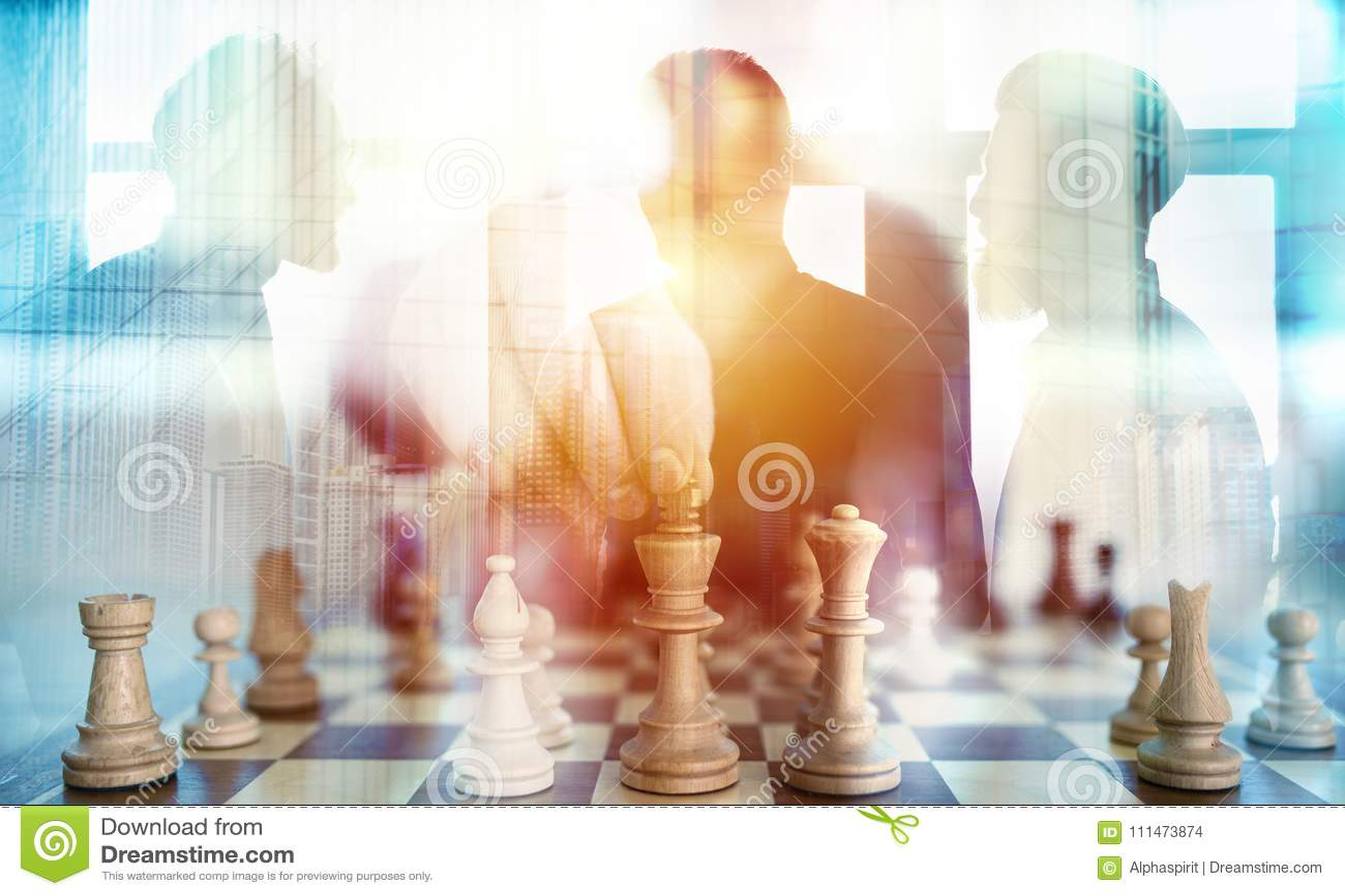 Bedrijfstactiek met schaakspel en zakenlieden dat in bureau samenwerken Concept groepswerk, vennootschap en