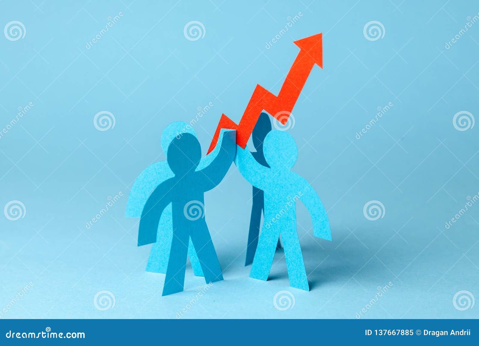 Bedrijfsteam en rood op pijl De verkoopgroei en de groeigrafiek omhoog