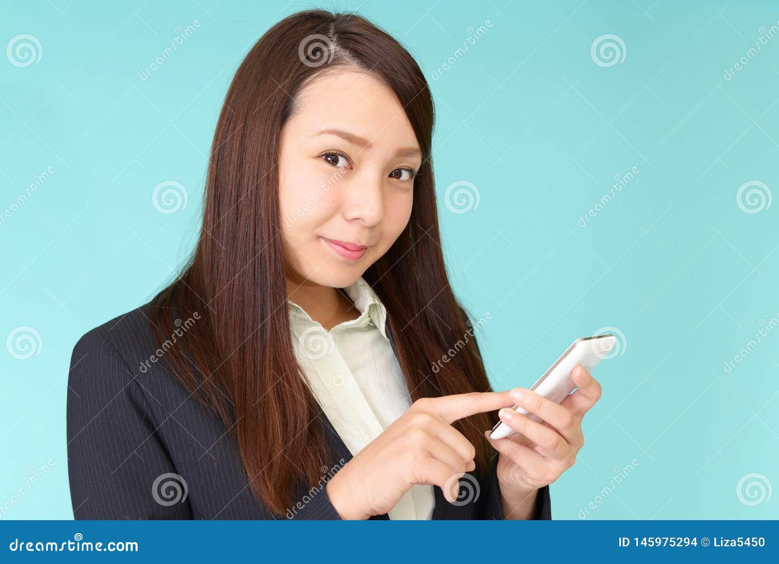 Bedrijfsvrouw die een slimme telefoon met behulp van