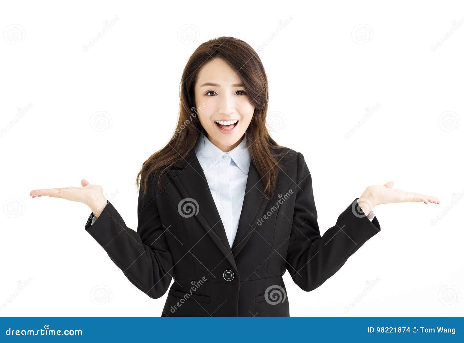Bedrijfsvrouw die haar handen aan beide kanten opheffen
