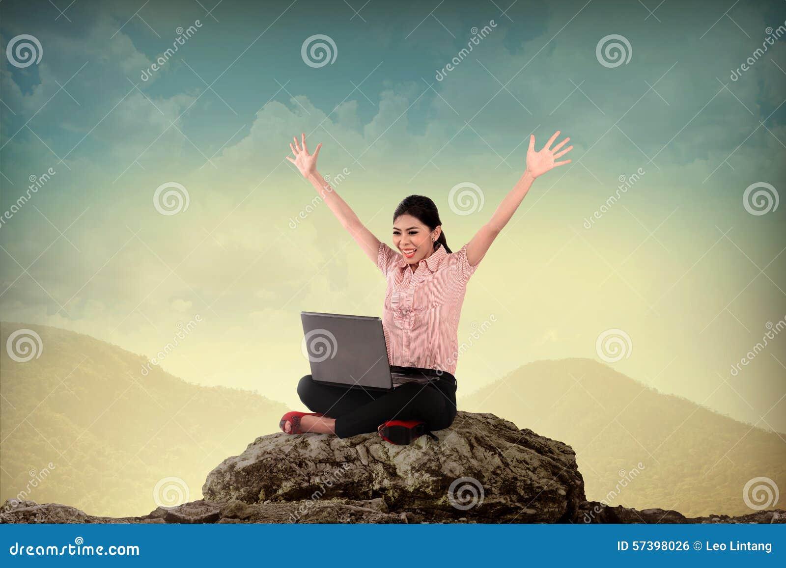 Bedrijfsvrouw die Laptop op de Berg met behulp van