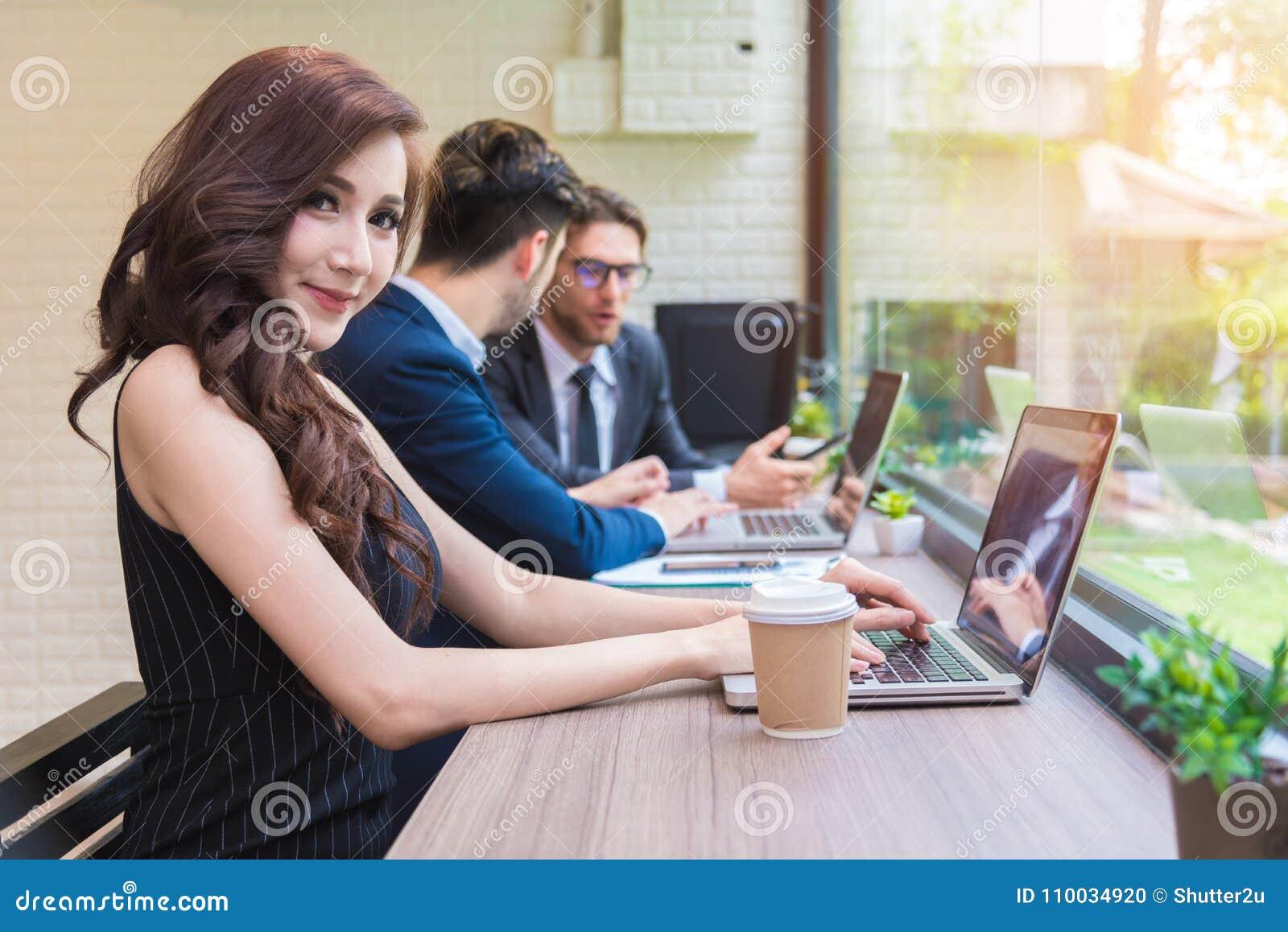 Bedrijfsvrouw die met commercieel team door laptop computer werken Ben