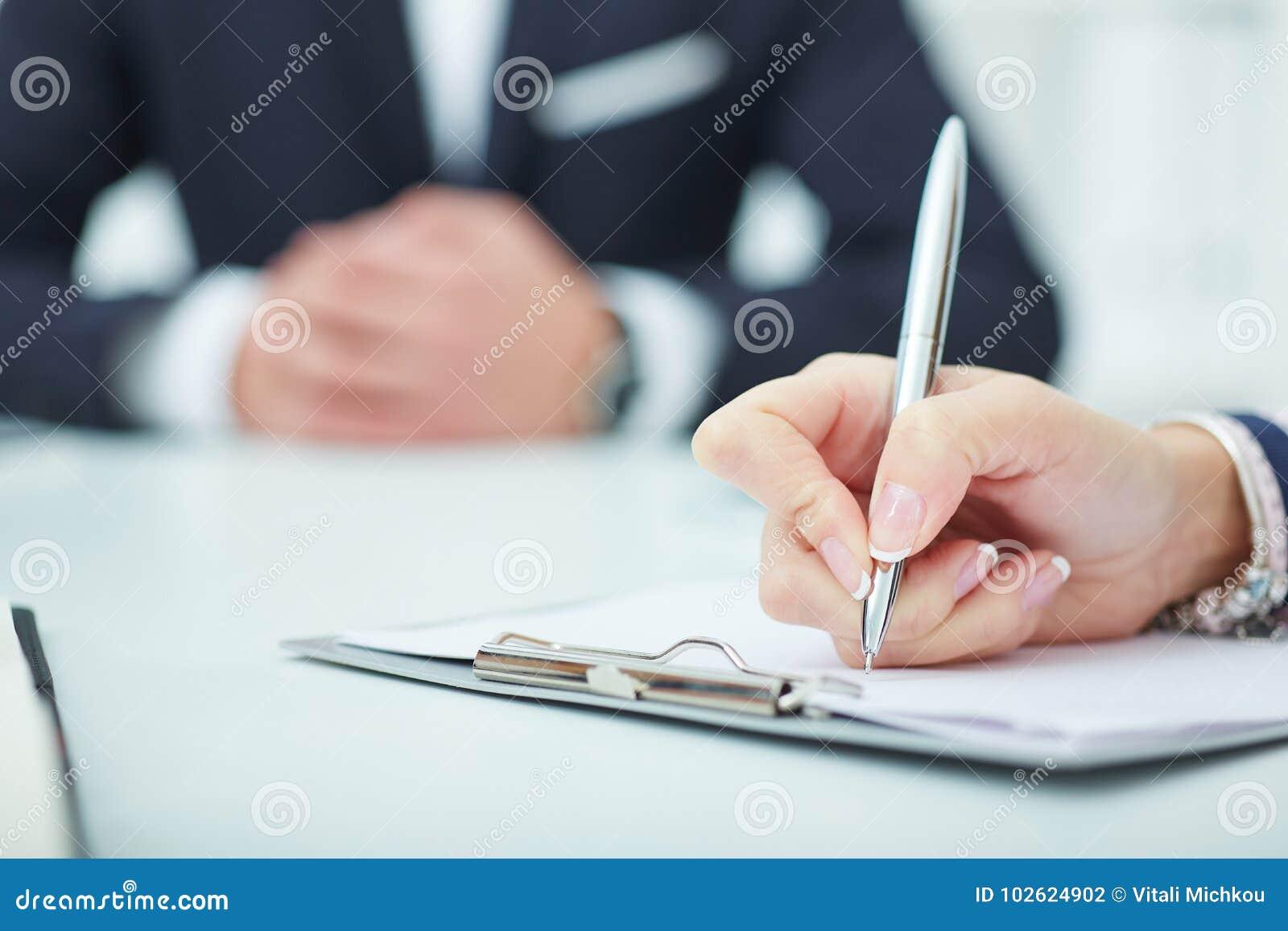 Bedrijfsvrouw die nota s maken op het bureauwerk Bedrijfsbaanaanbieding, financieel succes, accountantconcept