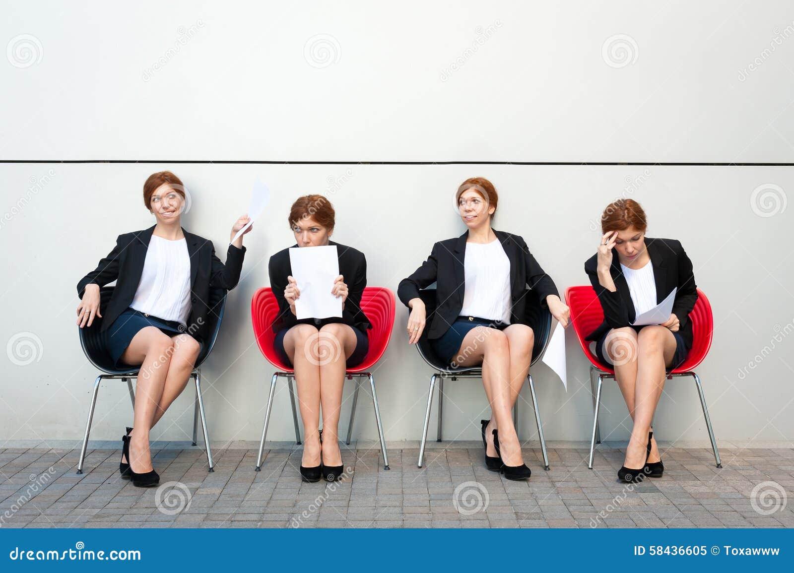 Bedrijfsvrouw die op gesprek wachten