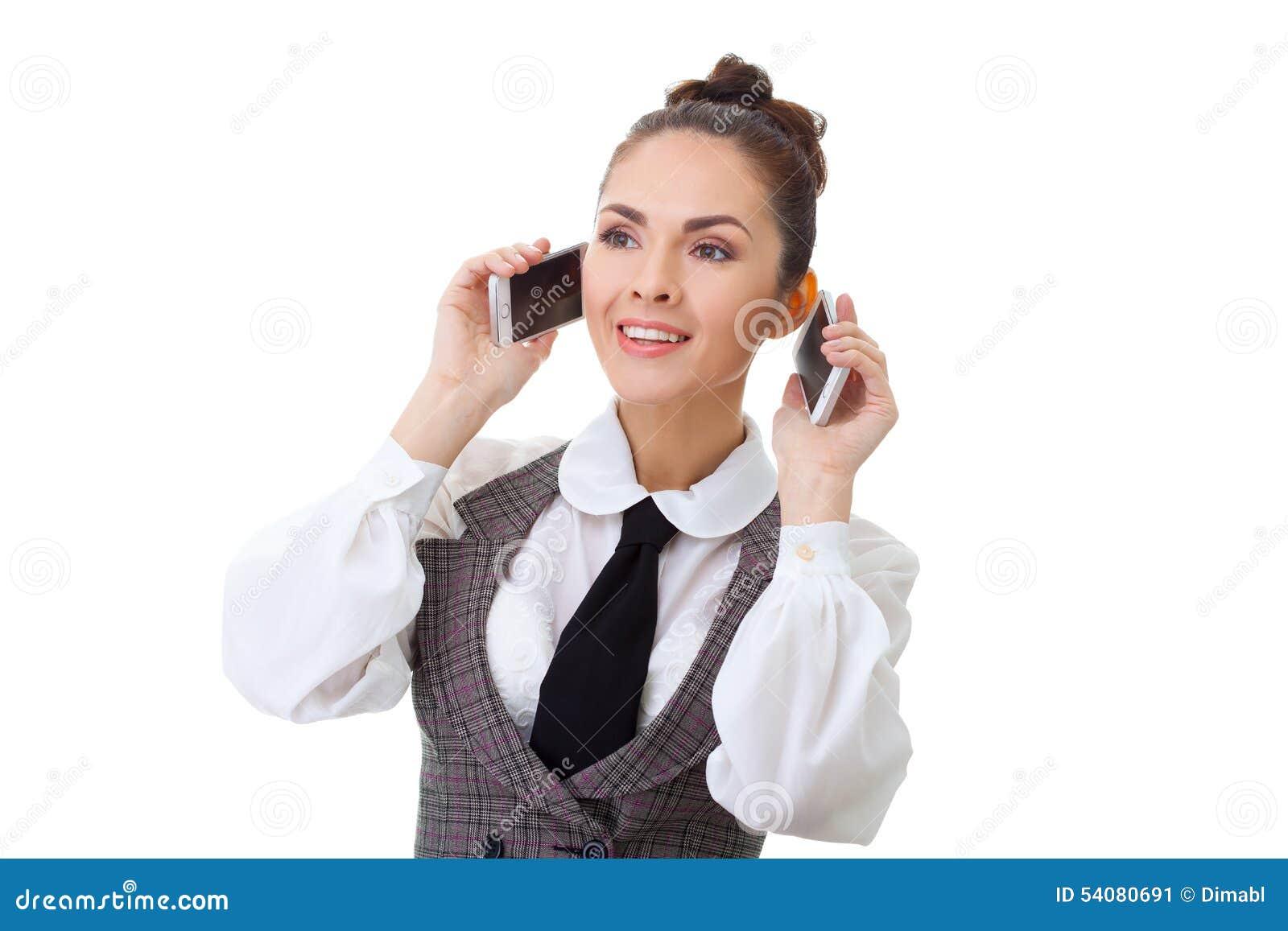 Bedrijfsvrouw in haar bureau op twee telefoons bij