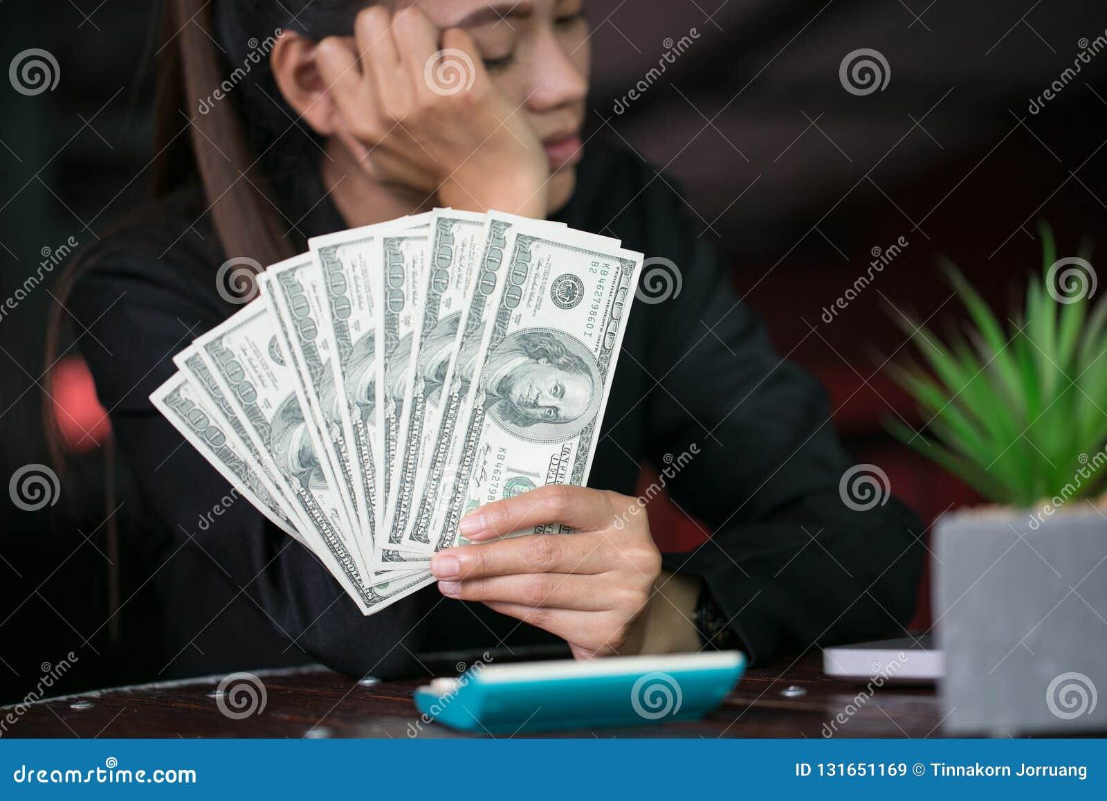 Bedrijfsvrouw met in hand geld, Handen die ons tellen dollarrekeningen