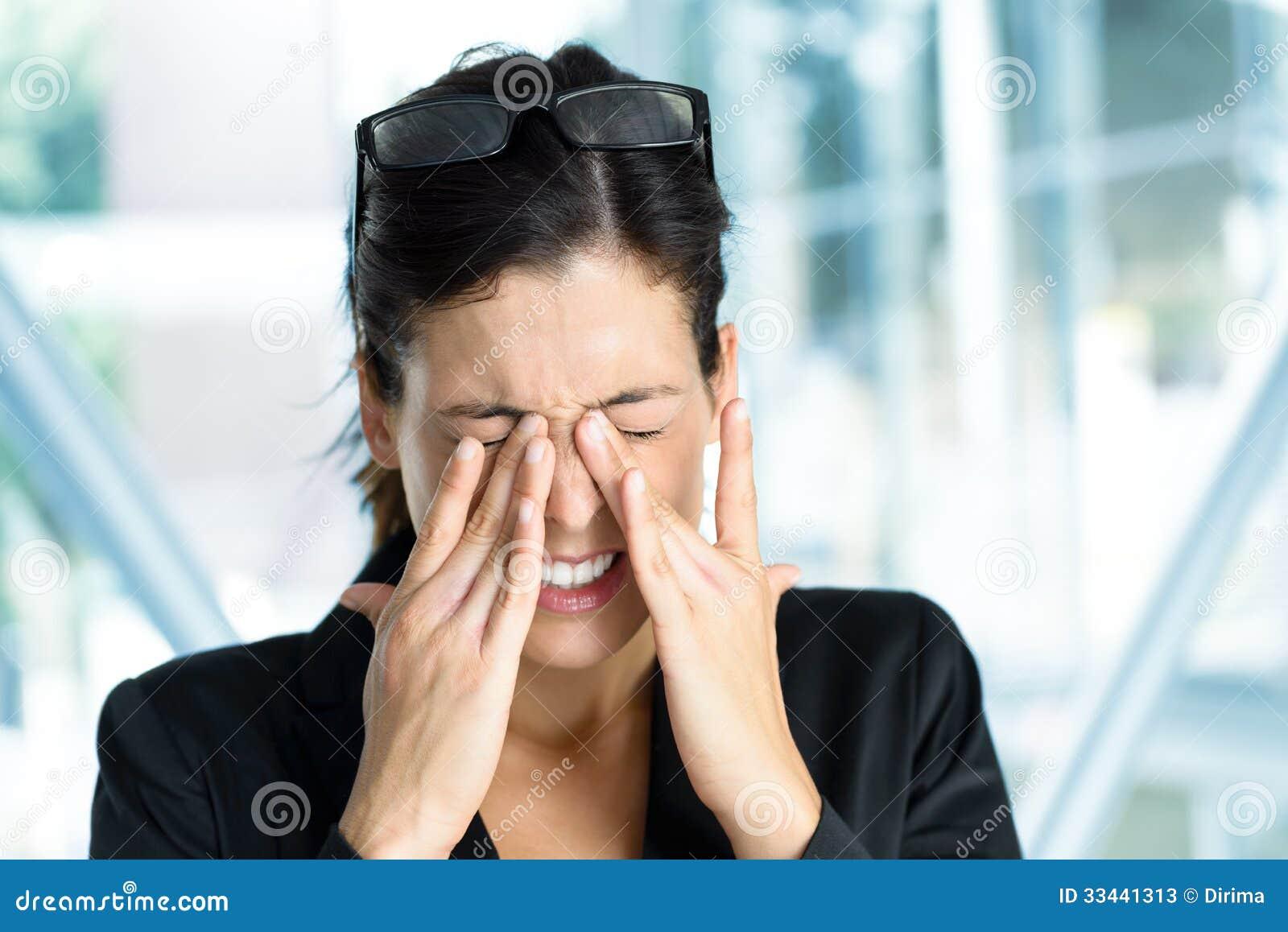 Bedrijfsvrouw met vermoeide ogen en spanning